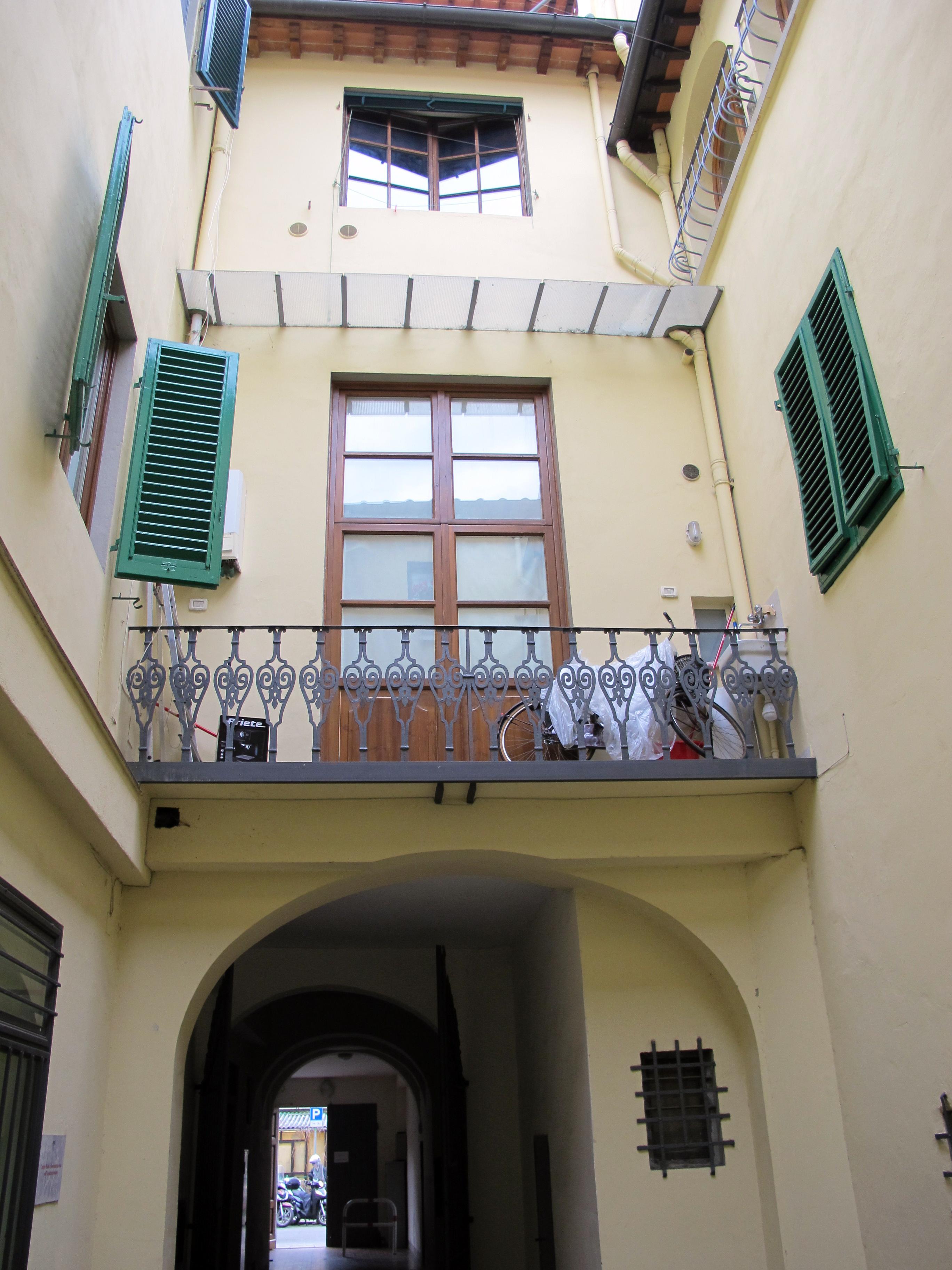 file casa di lorenzo ghiberti cortile 03 jpg wikimedia commons. Black Bedroom Furniture Sets. Home Design Ideas