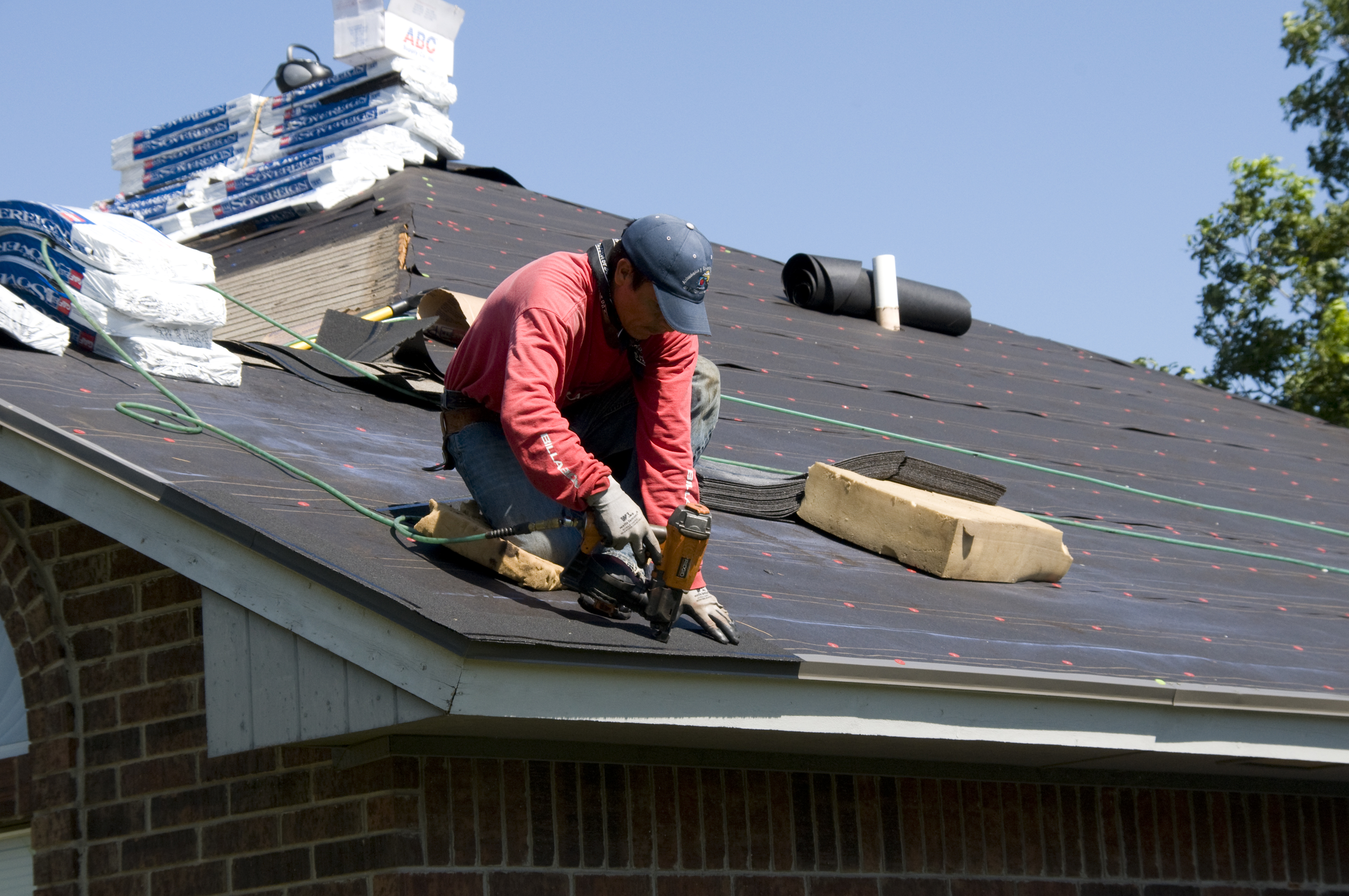 http://upload.wikimedia.org/wikipedia/commons/1/1e/FEMA_-_44634_-_Roofer_working_on_a_home_in_Oklahoma.jpg?uselang=en-gb