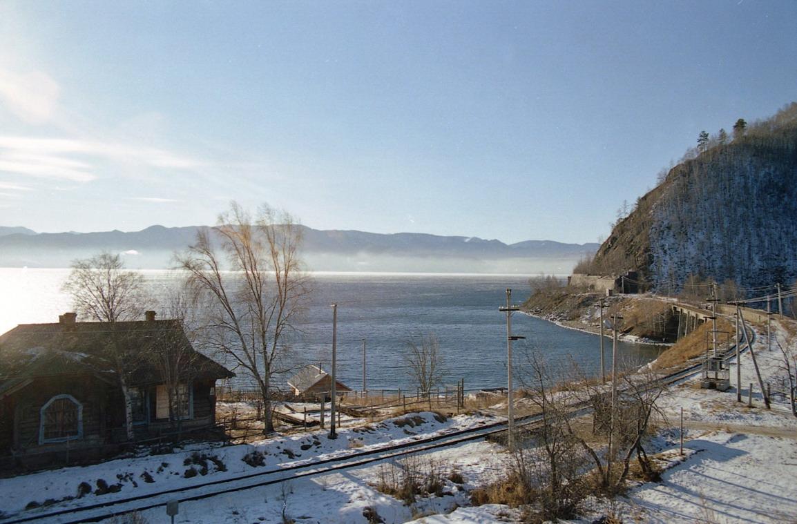 Costa del lago Baikal, con las vías del ferrocarril en primer plano.