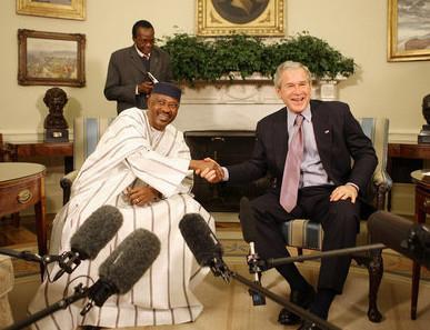 Amadou Toumani Touré junto a George Bush