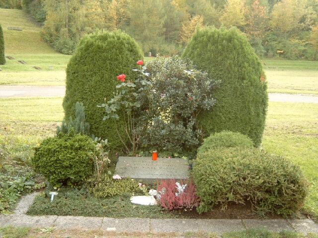 File:Grabstätte Baader, Raspe, Ensslin.jpg