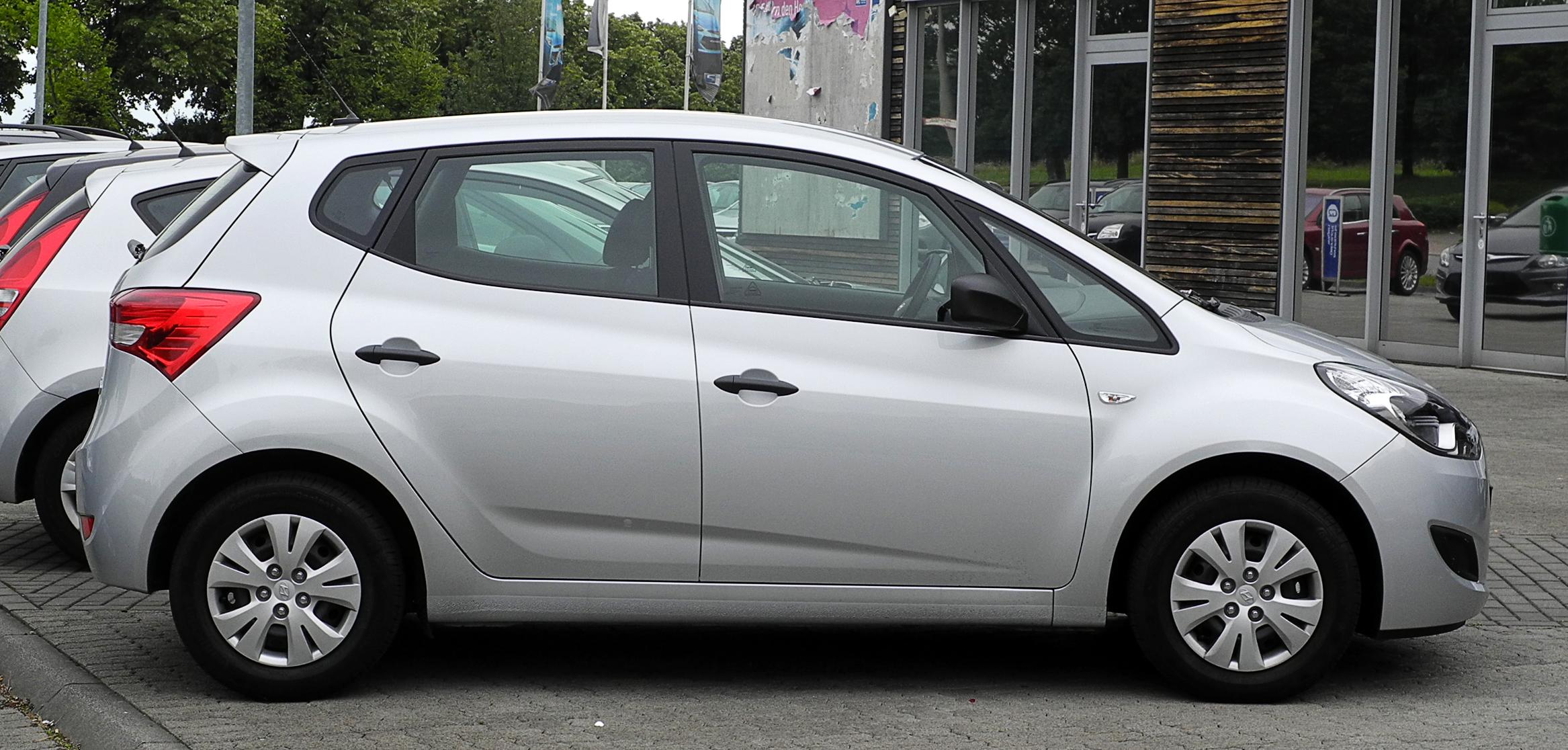 Hyundai_ix20_1.4_Classic_%E2%80%93_Seitenansicht,_13._Juni_2011,_Heiligenhaus.jpg