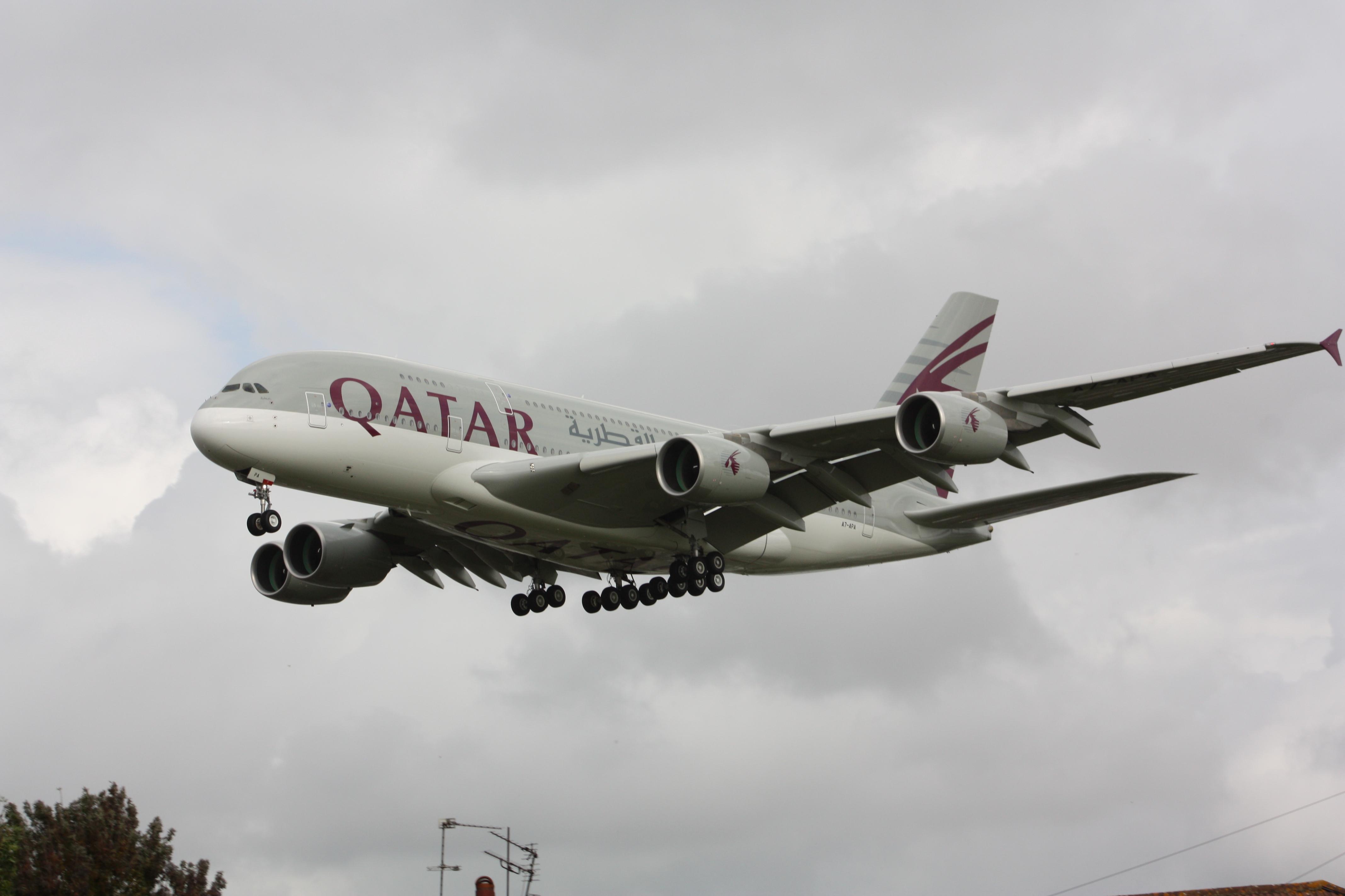 Airbus a380 wikipdia a enciclopdia livre um a380 da qatar airways em aproximao no aeroporto de heathrow fandeluxe Images