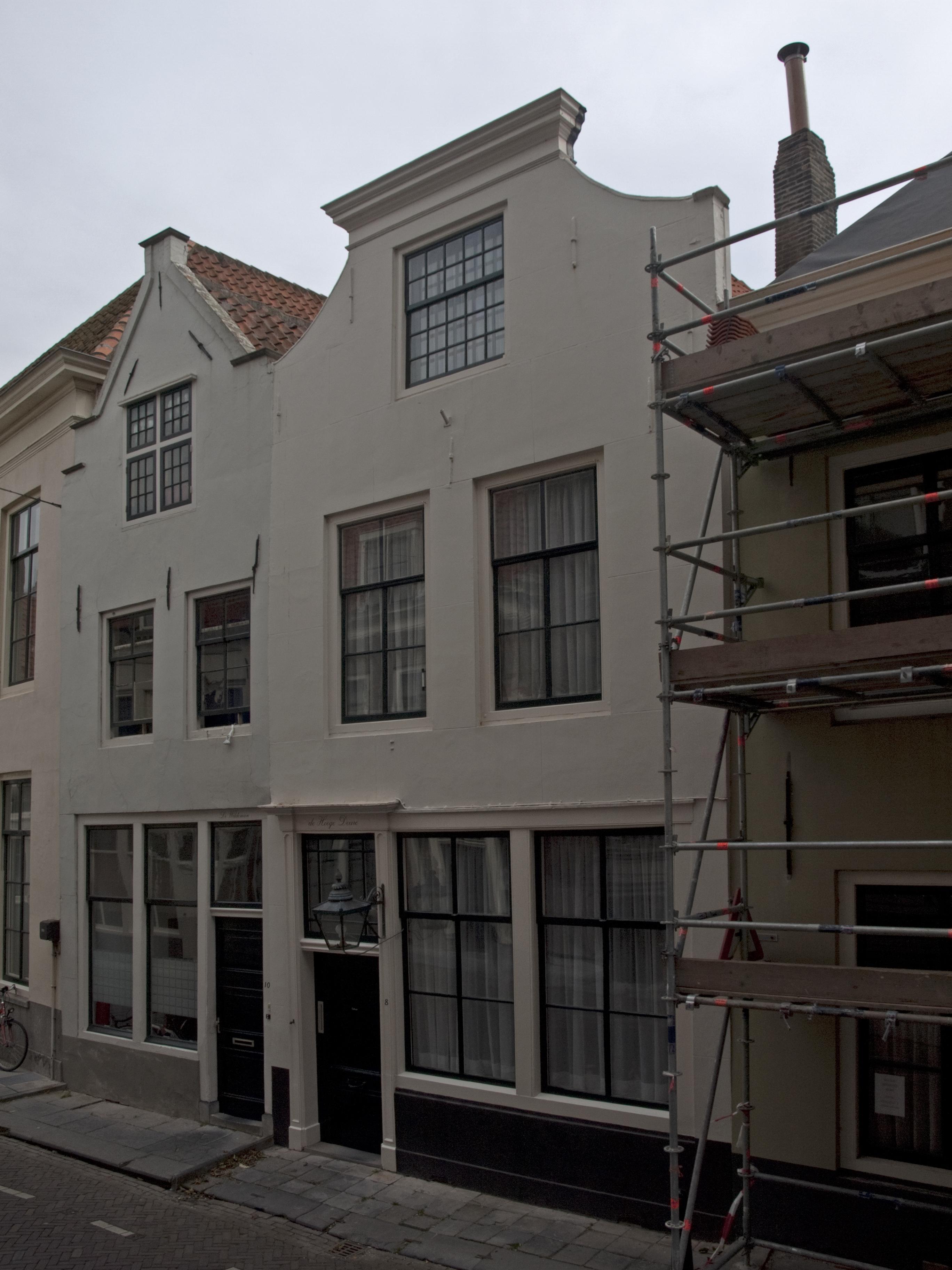 Huis met gepleisterde met lijst afgesloten topgevel in for Lijst inrichting huis