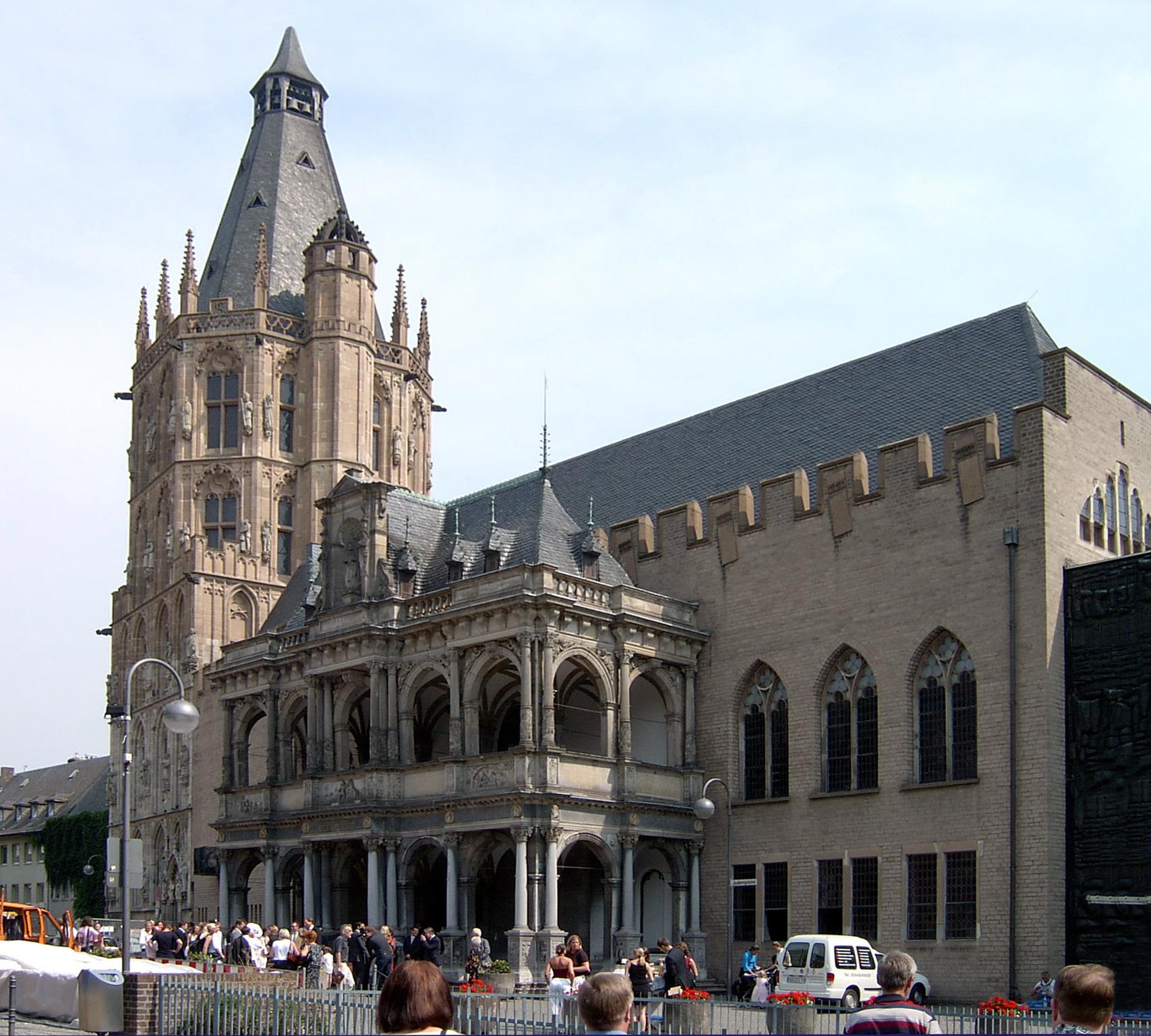 Kölns Historisches Rathaus mit dem 1414 vollendeten, repräsentativen Rathausturm und der im 16. Jahrhundert erbauten Renaissance-Laube, die in dieser Form nördlich der Alpen einzigartig ist (im Oktober 2004 vor Beginn der umfangreichen archäologischen Ausgrabungen auf dem Rathausvorplatz).
