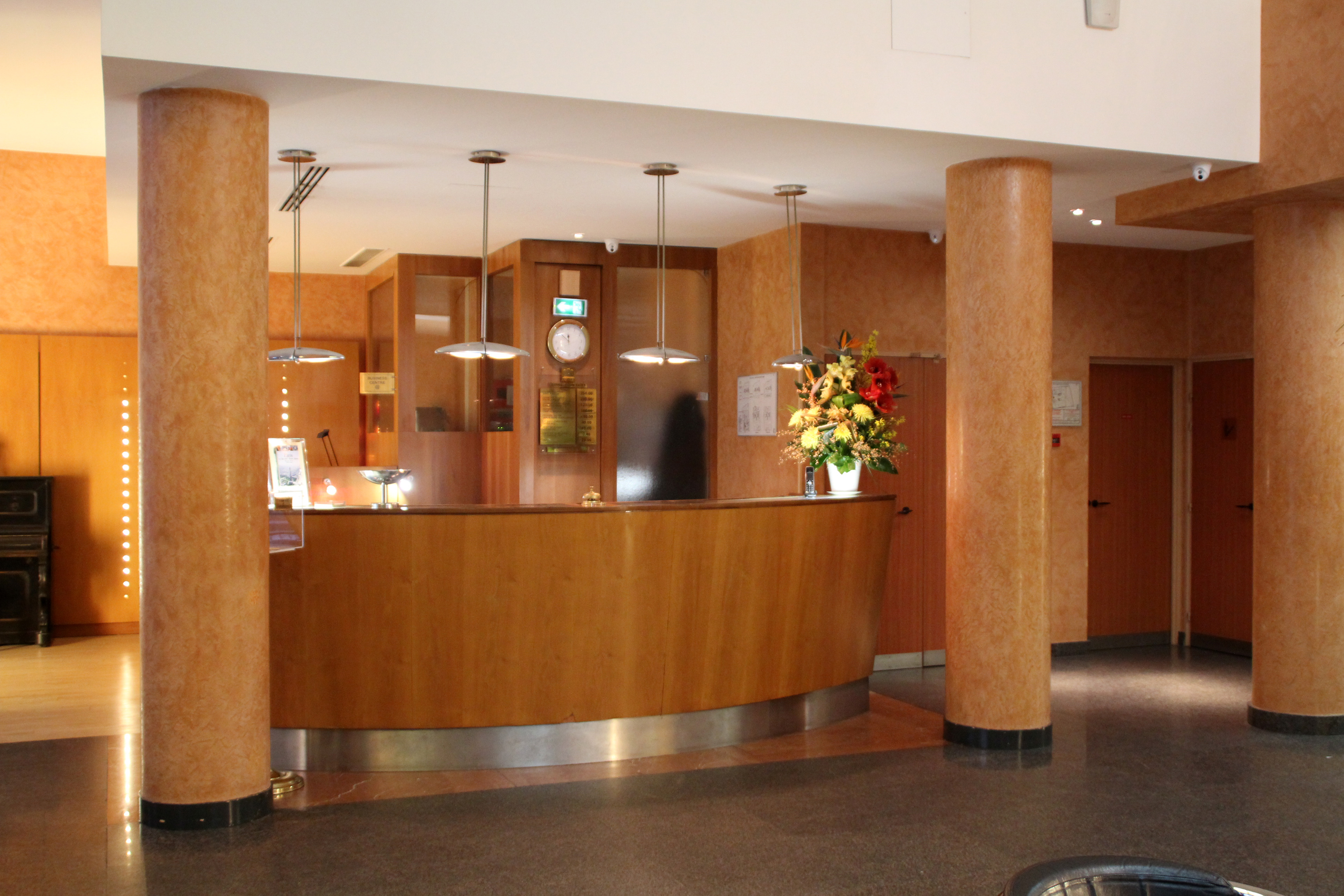 filereception front desk 1 paris opera cadet hoteljpg - Eclectic Hotel 2015