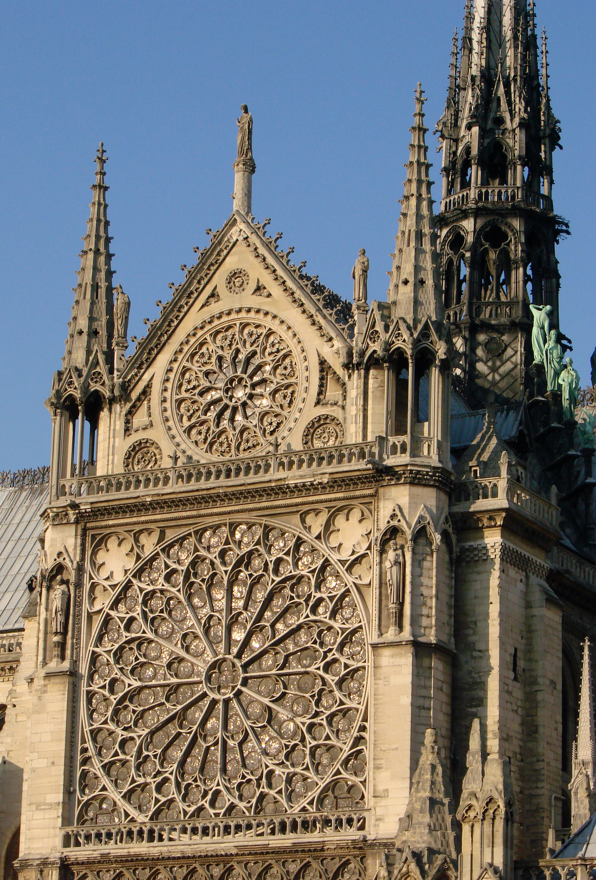 Notre dame de paris globalization memory visual culture for Pierre exterieur