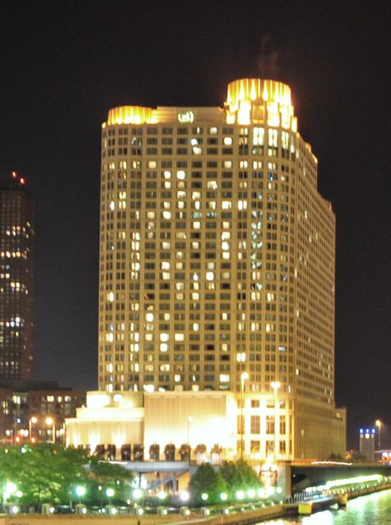 File Sheraton Grand Chicago At Night Jpg Wikimedia Commons