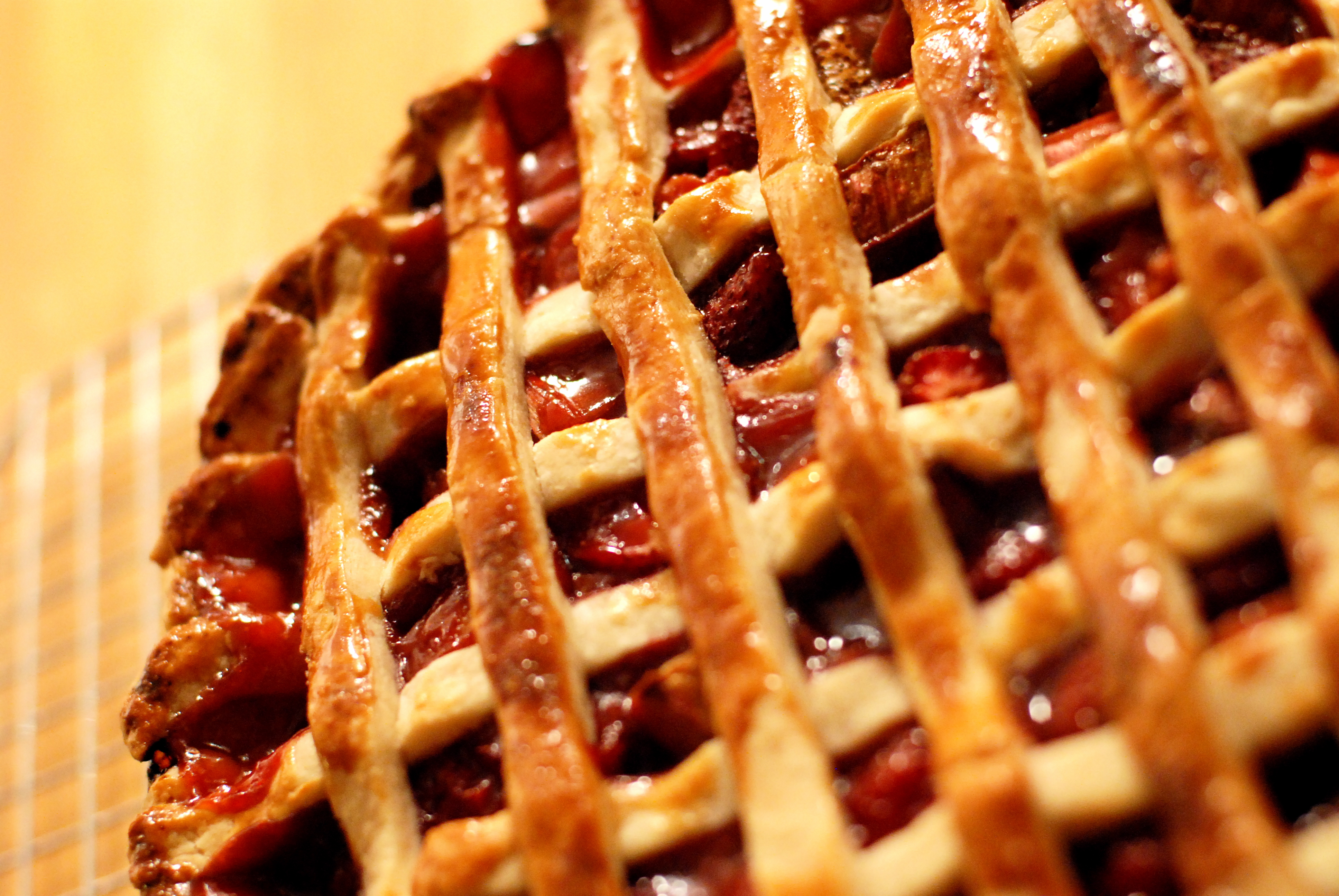 Description Strawberry-rhubarb pie with pastry lattice, May 2008.jpg