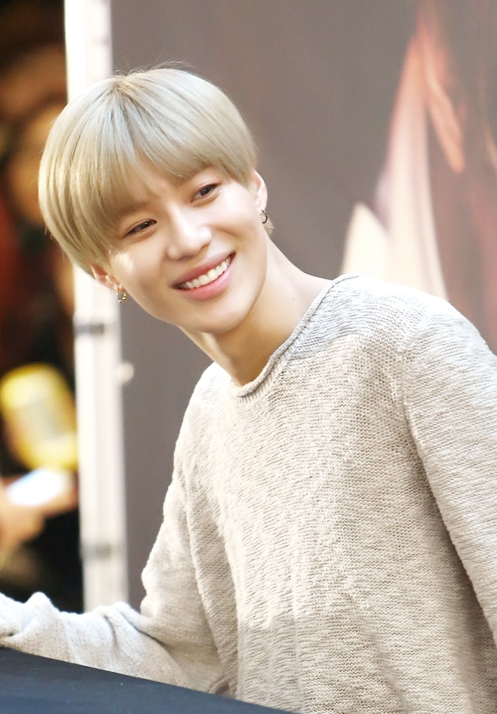 Taemin_at_a_fansign_at_IFC_Mall_in_Febru