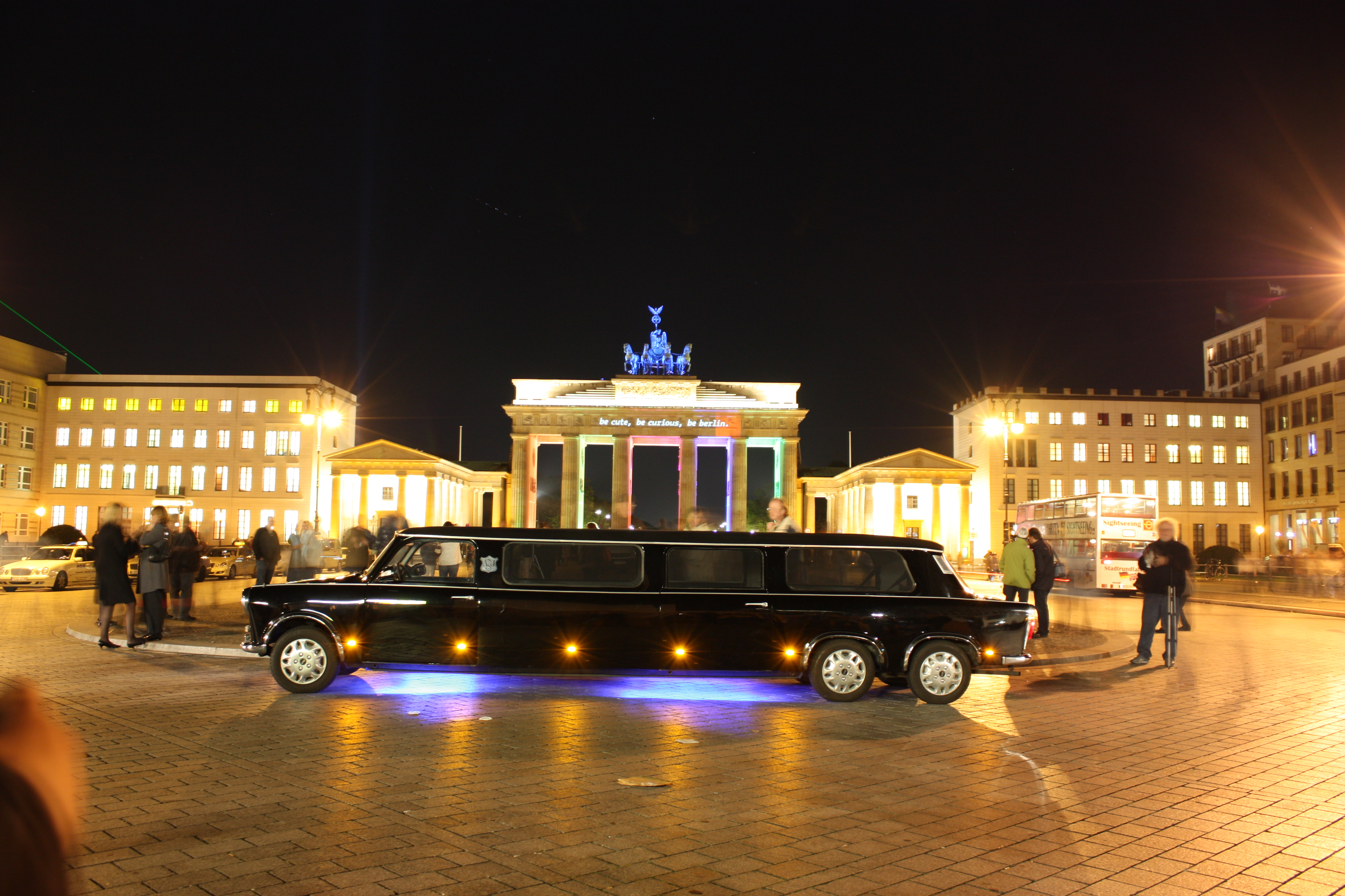 file trabi xxl trabant city of lights berlin wikimedia commons. Black Bedroom Furniture Sets. Home Design Ideas
