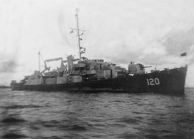 USS Kline (APD-120) anchored off Manila, Philippines, in July 1945.jpg