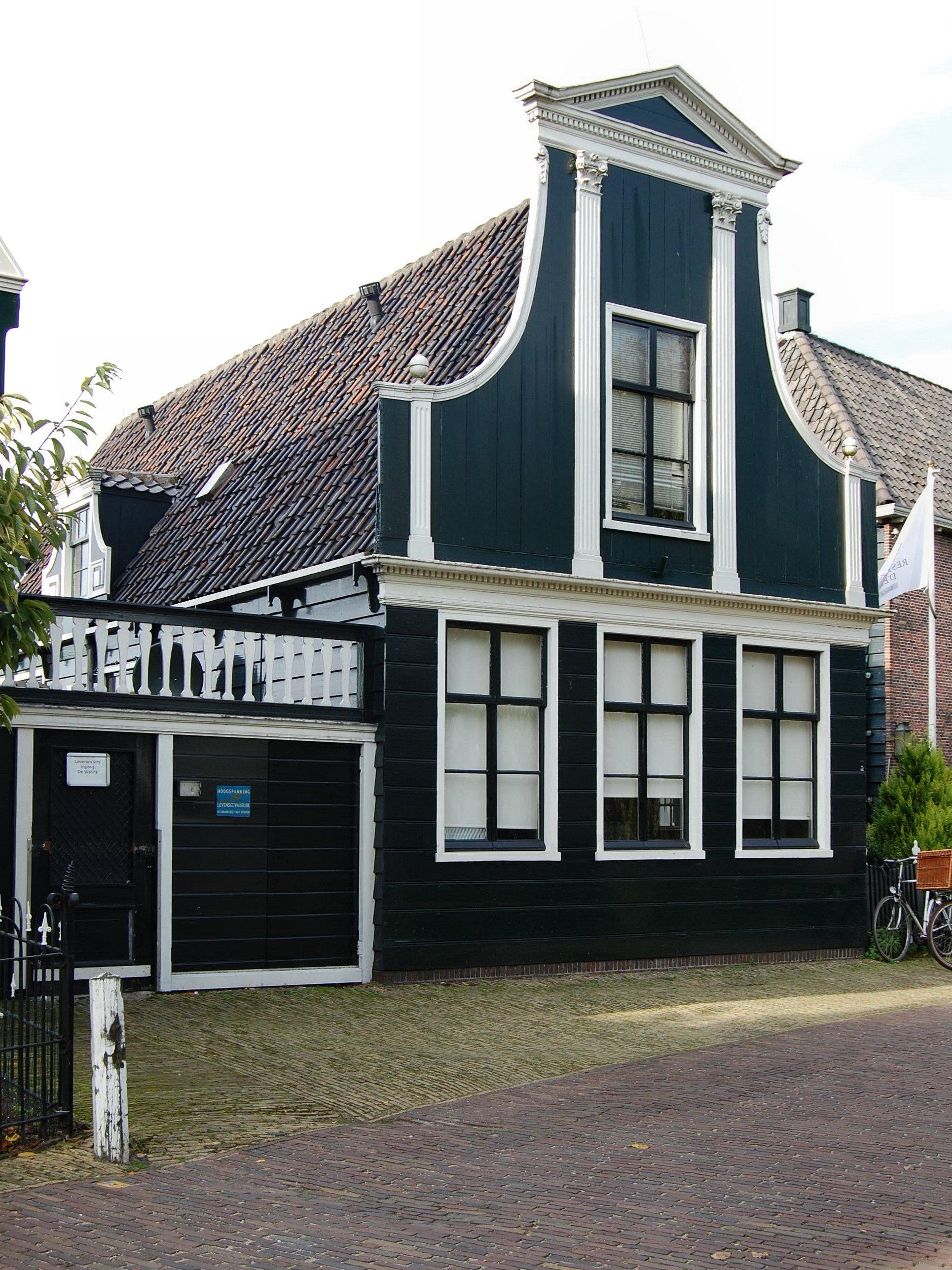 Houten huis met ingezwenkt door een fronton bekroond voorschot dat geleed is door pilasters in - Houten huis ...