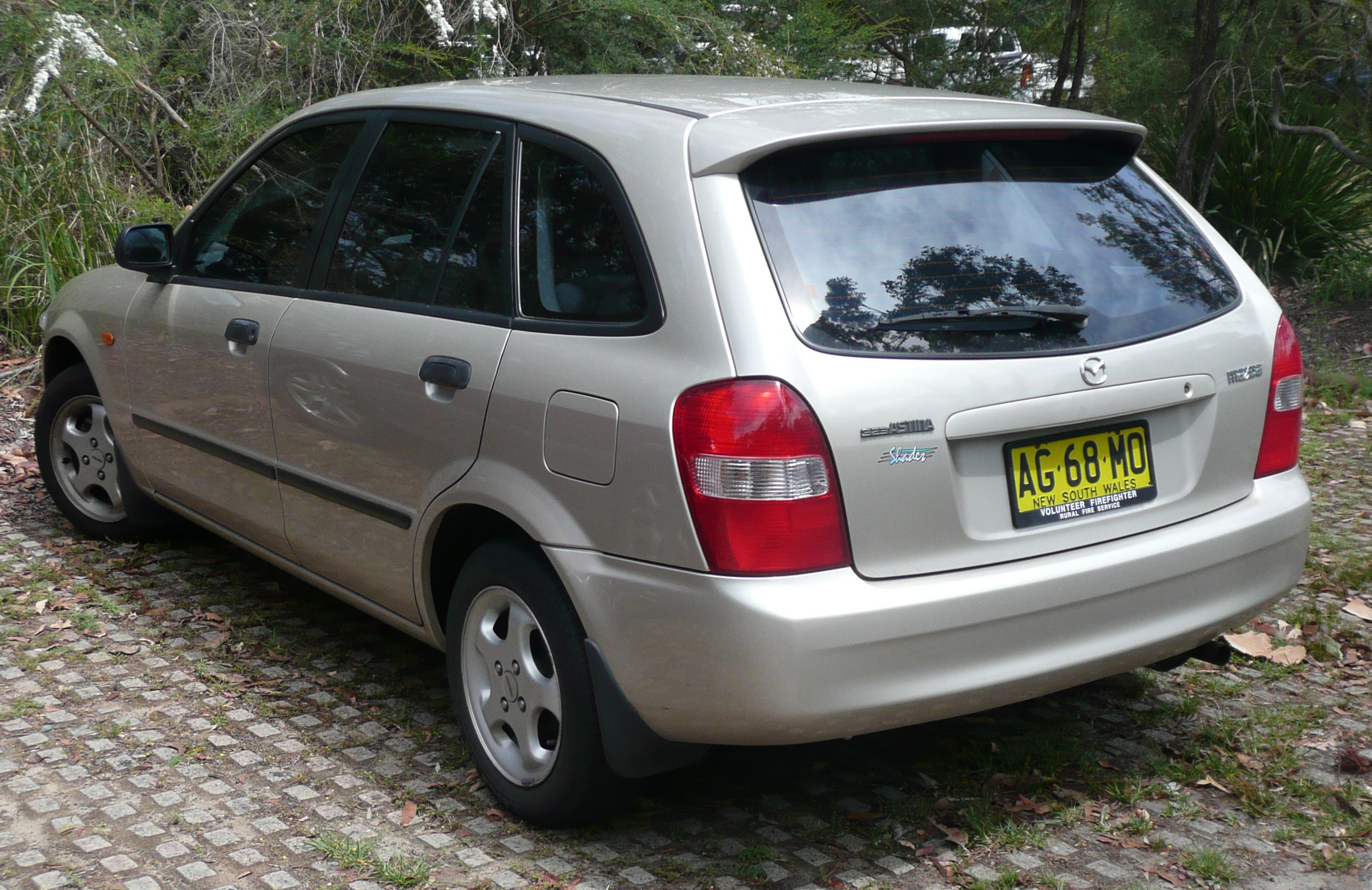 File:1999-2000 Mazda 323 (BJ) Shades Astina 5-door hatchback
