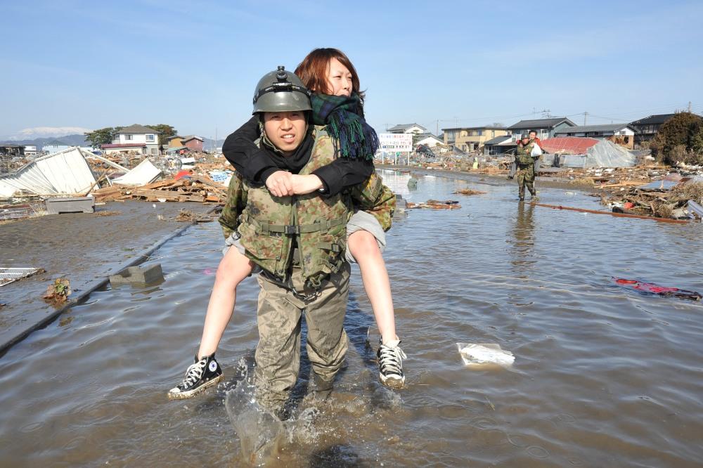 画像 : 東日本大震災から四年、国軍自衛隊は人々を助ける為に ...