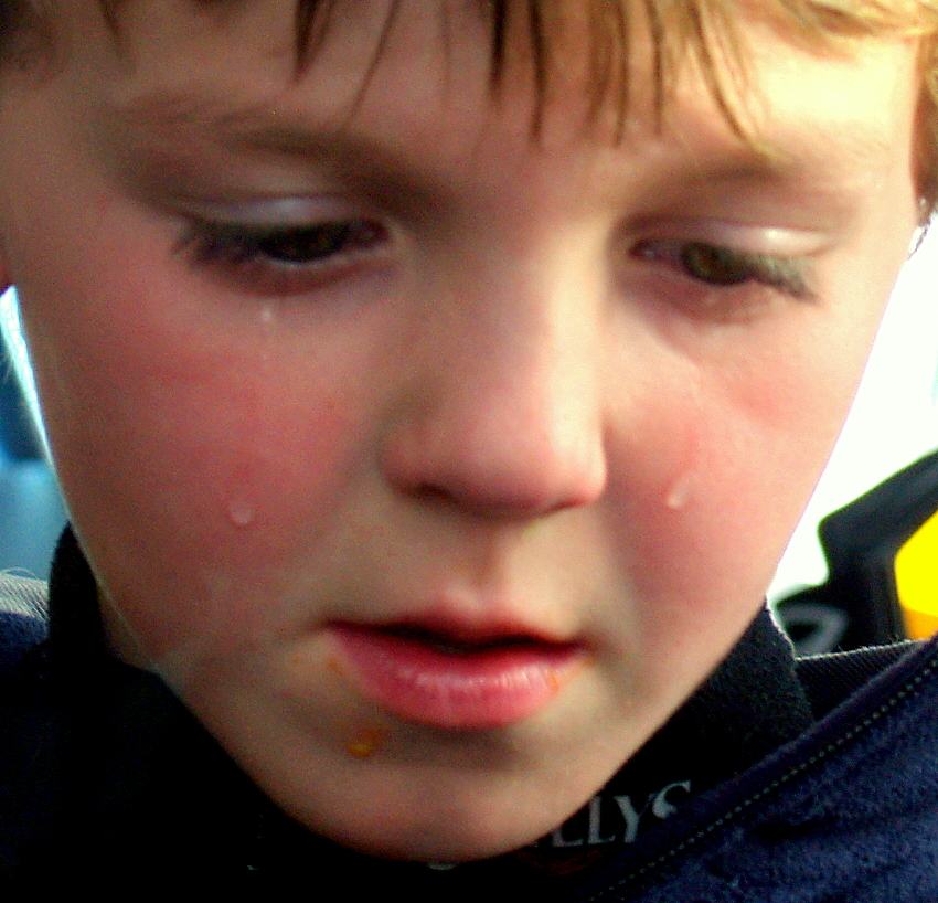 File:A child sad that his hot dog fell on the ground.jpg