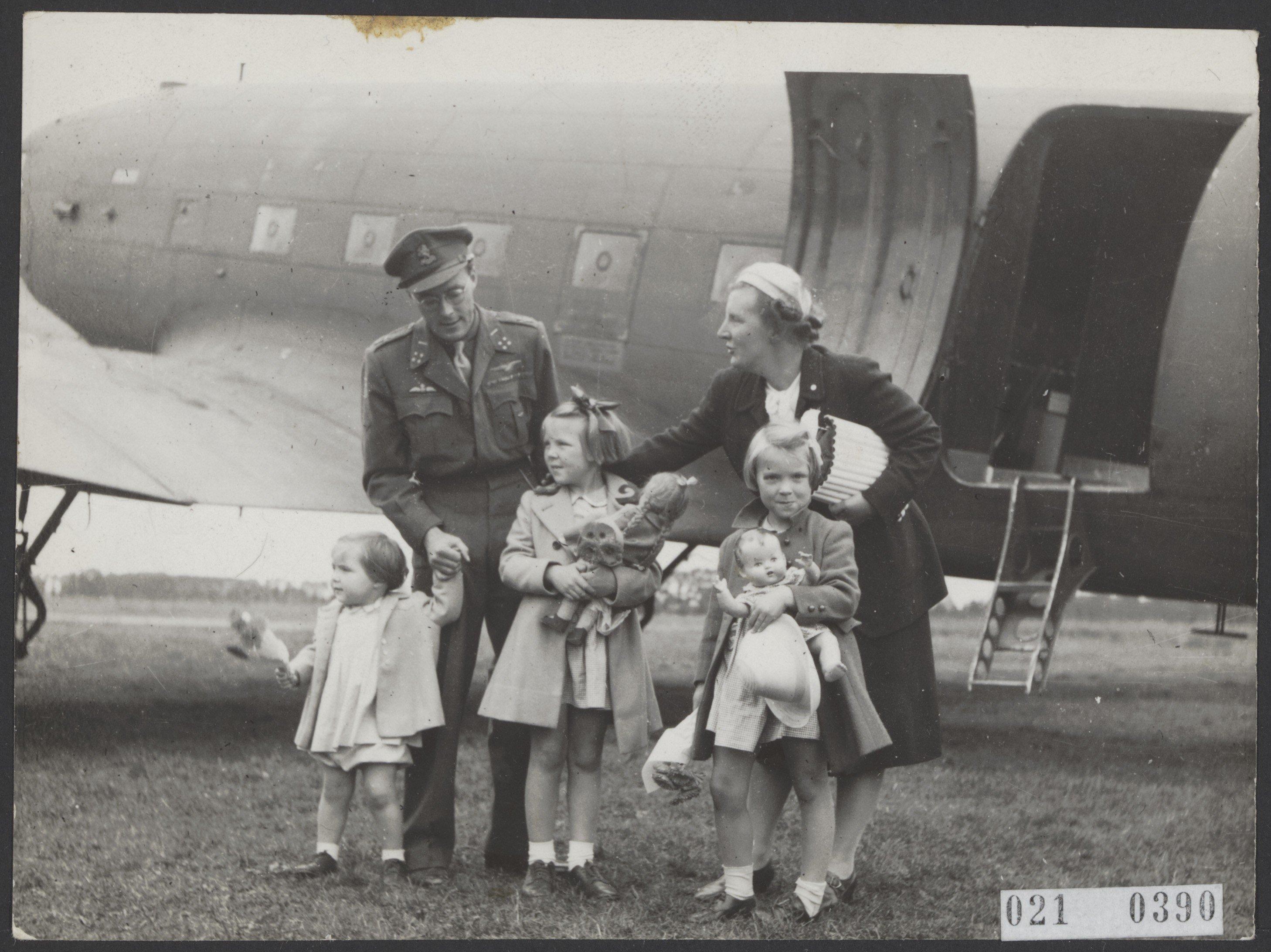 File:Aankomst prinses Juliana en de prinsessen op vliegveld Teuge vanuit  Canada (via , Bestanddeelnr 021-0390.jpg - Wikimedia Commons