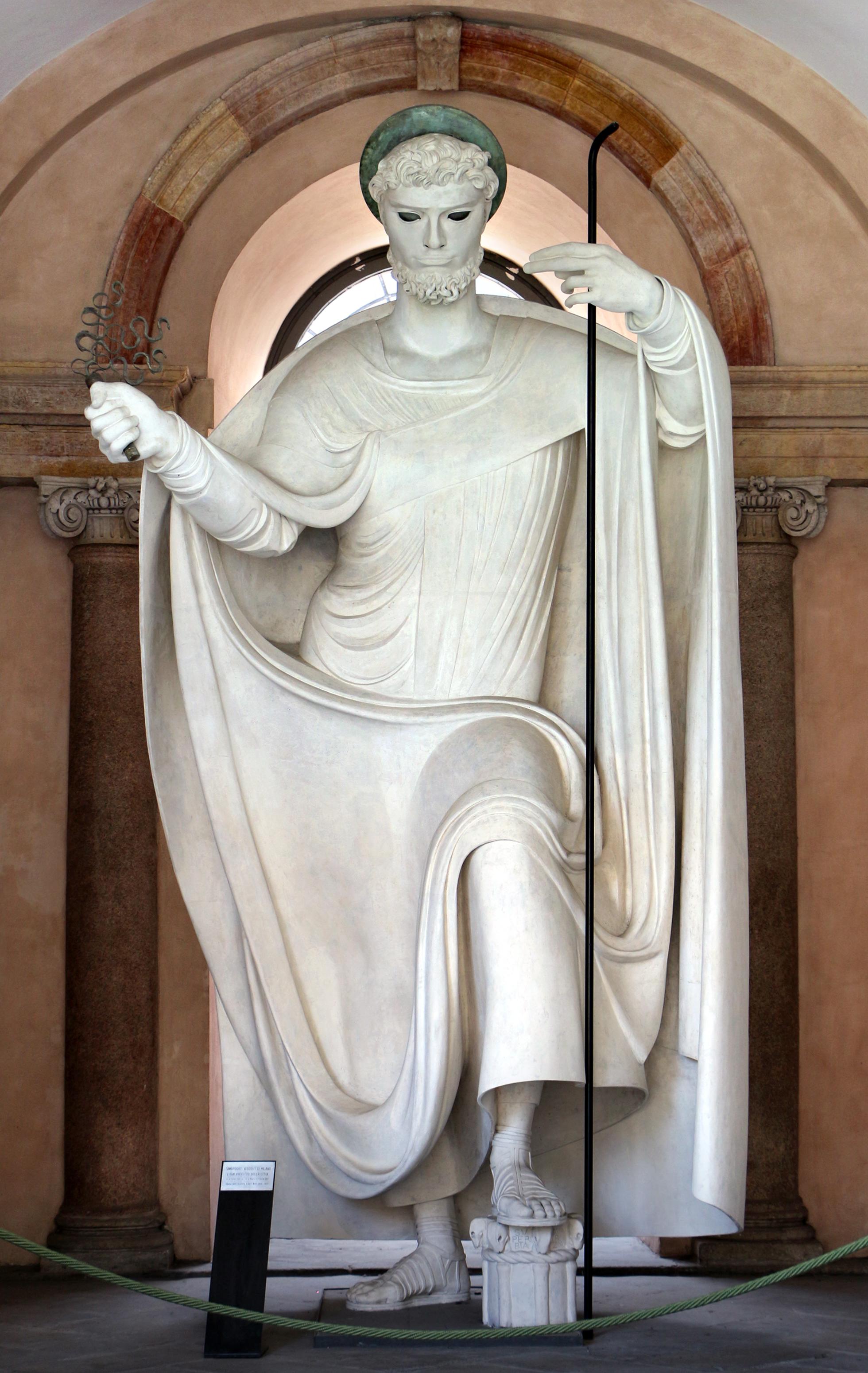 Statua di Sant Ambrogio nel chiostro maggiore Adolfo Wildt