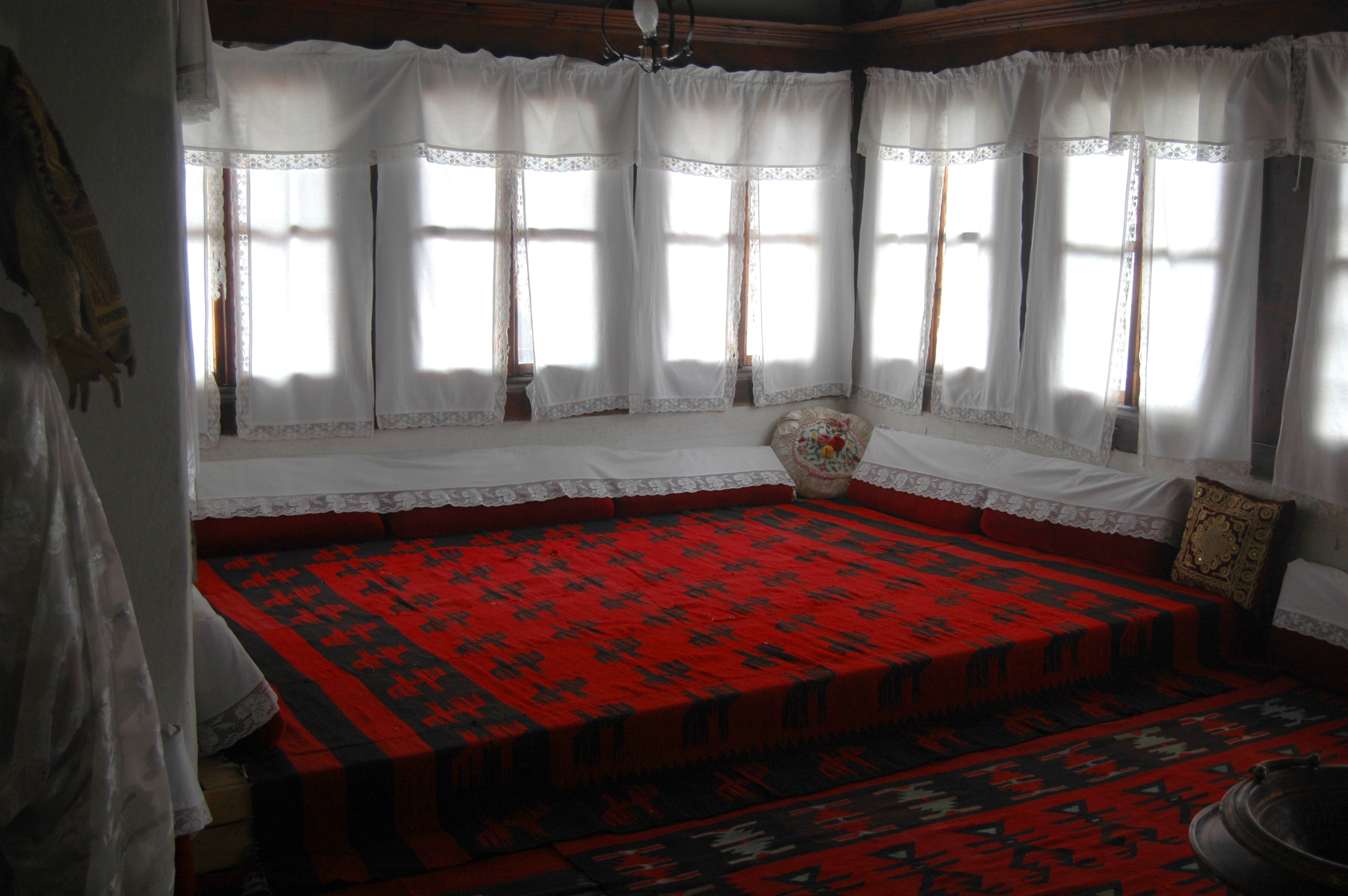 File albanian traditional living wikimedia commons for Living room or sitting room