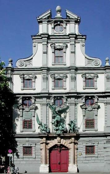 Fasada z rzeźbą Michała Archanioła