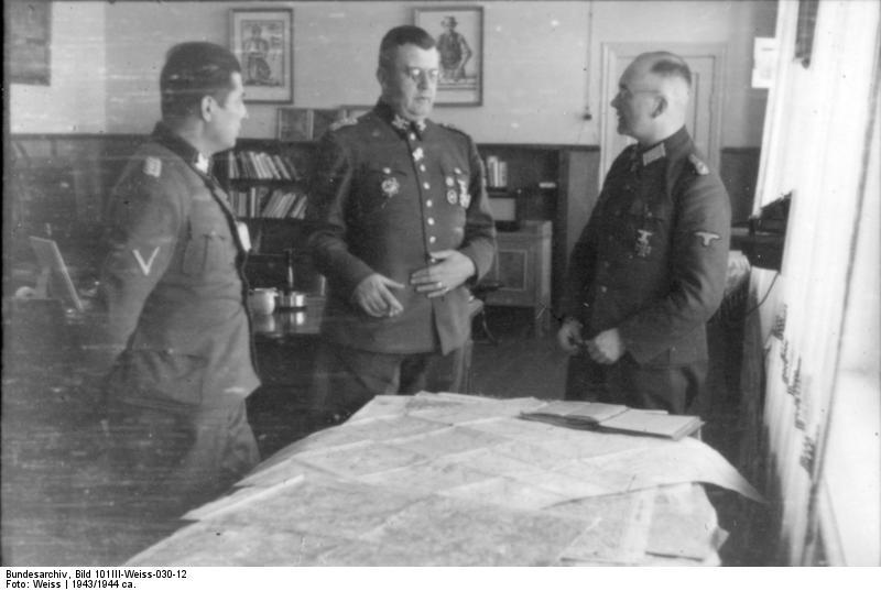 File:Bundesarchiv Bild 101III-Weiss-030-12, Erich v. dem Bach-Zelewski mit SS-Offizieren.jpg