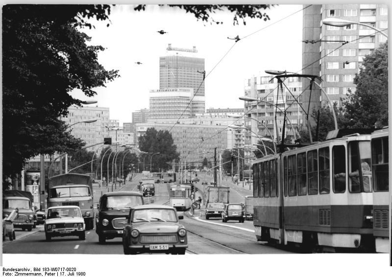 File:Bundesarchiv Bild 183-W0717-0020, Berlin, Leninallee, Silhouette.jpg