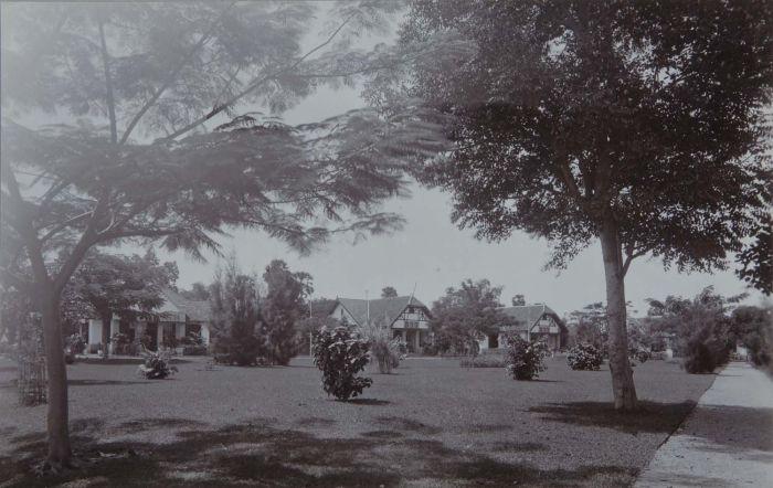 Berkas:COLLECTIE TROPENMUSEUM Woonhuizen mogelijk op het terrein van een zoutwinningsonderneming bij Kalianget Madoera TMnr 60048737.jpg