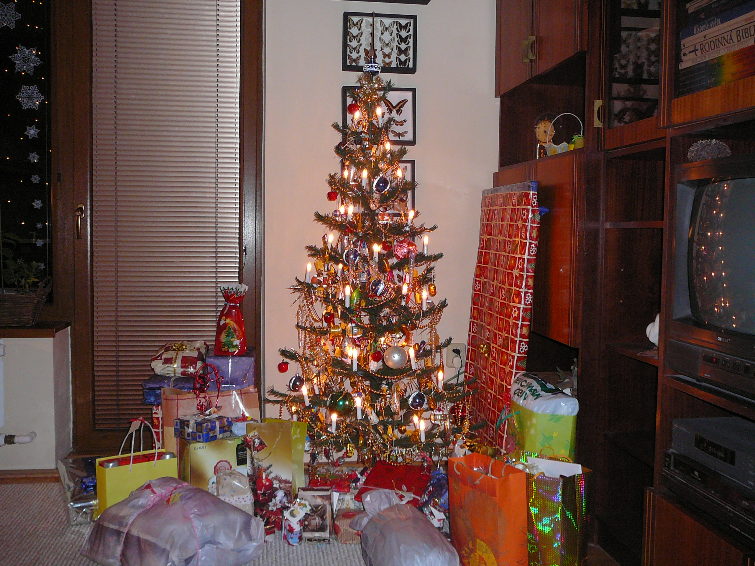 File christmas tree with gifts g wikimedia commons