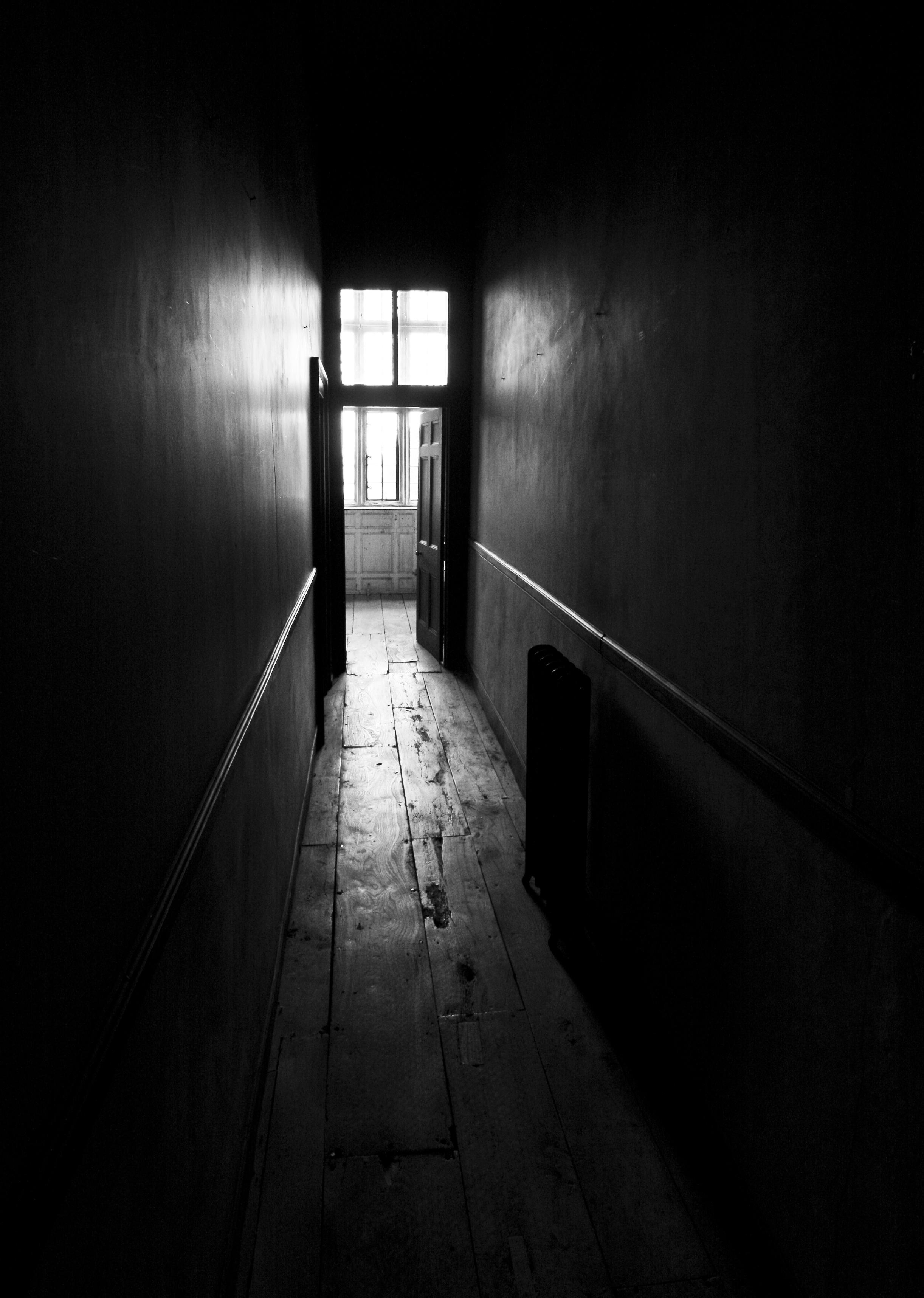 Description Dark corridor (4676385338).jpg Dark
