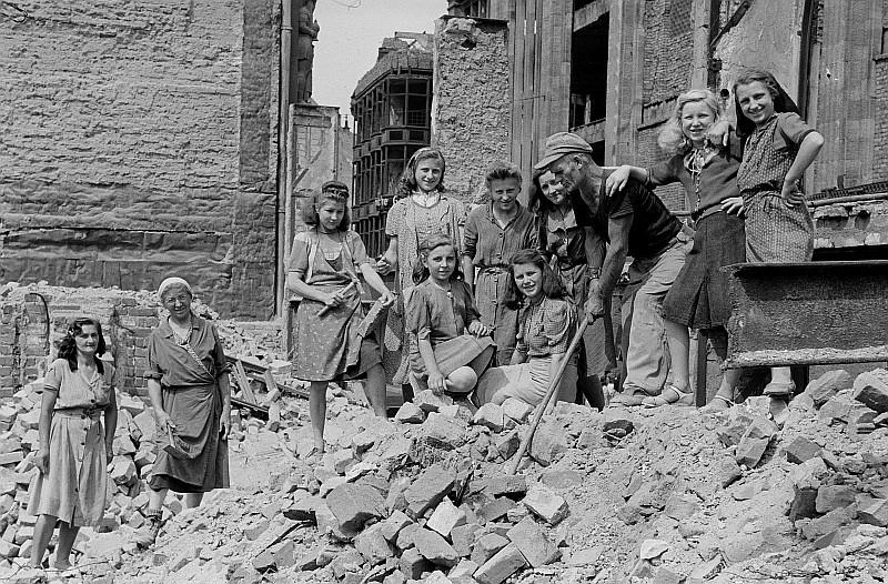 Fotothek df roe-neg 0001374 003 Gruppenbild eines Trümmerbeseitigungstrupps