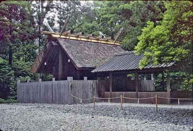 Vue de l'un des nombreux sanctuaires composant le temple Ise