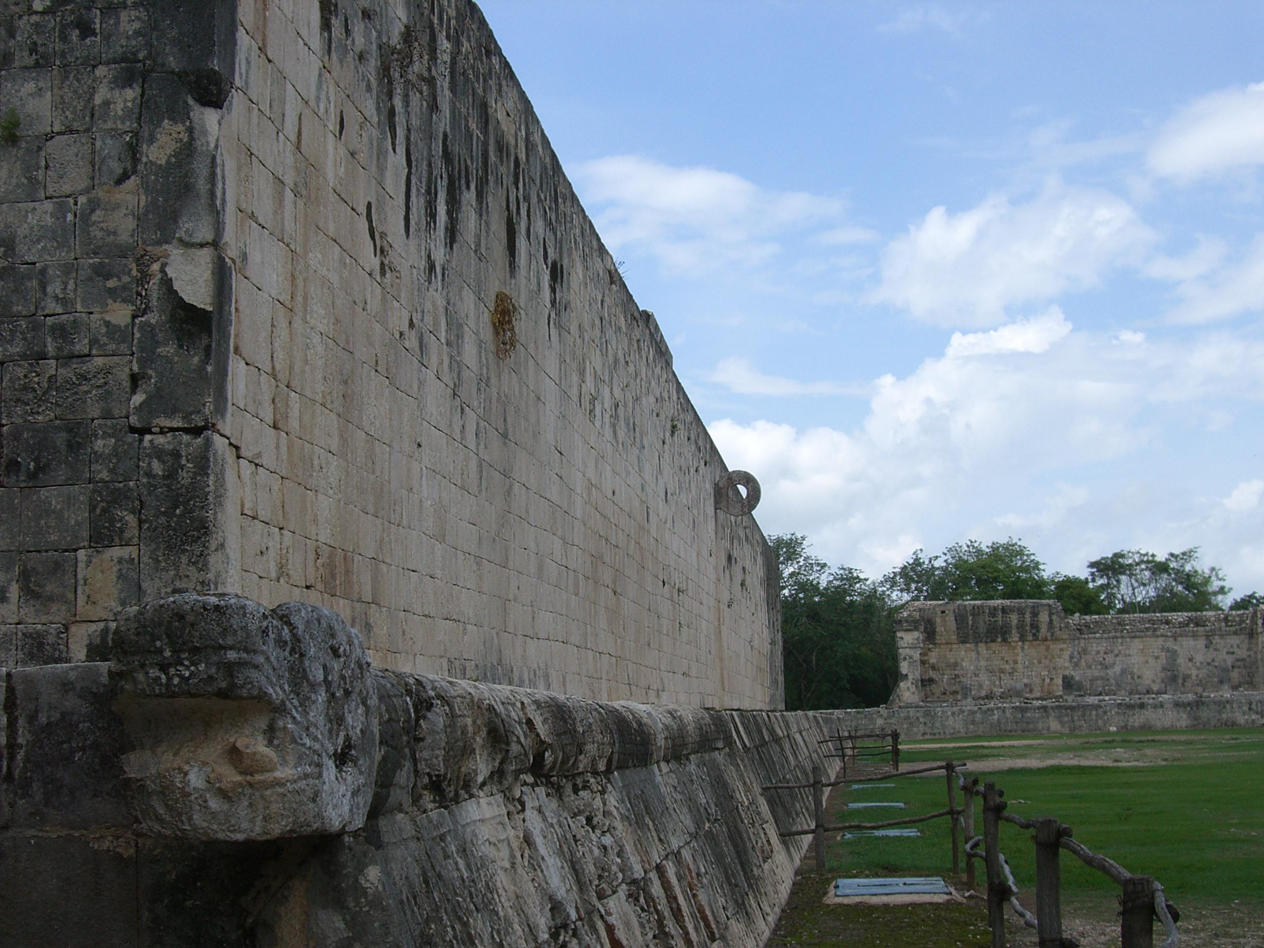 Archivo:Juego pelota-Chichen Itza-Yucatan-Mexico0189.JPG - Wikipedia, la enciclopedia libre