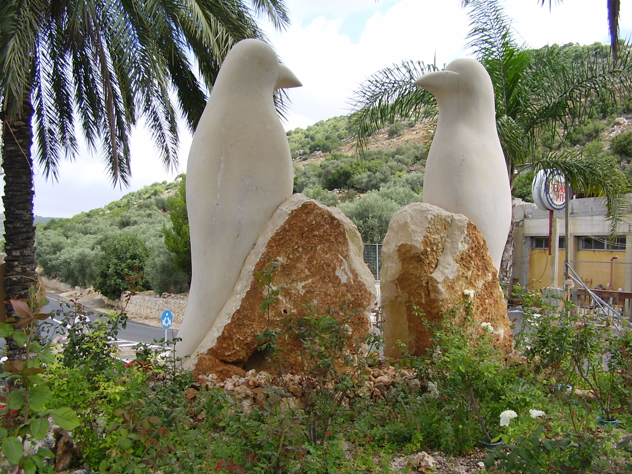 Pekiin Israel  city photos gallery : PikiWiki Israel 8860 statue of birds in pekiin Wikimedia ...