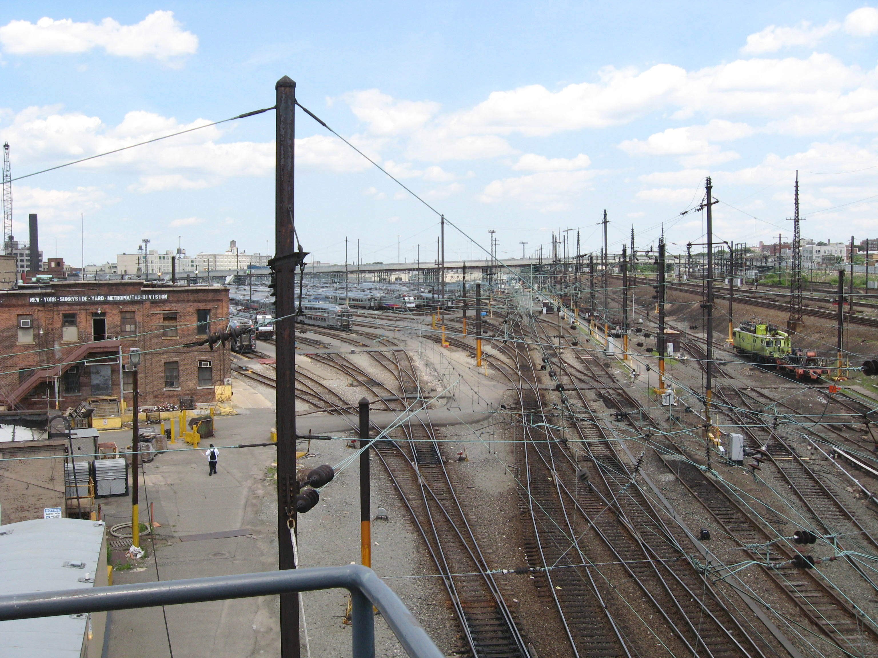 https://upload.wikimedia.org/wikipedia/commons/1/1f/Sunnyside_Yard_East_jeh.JPG