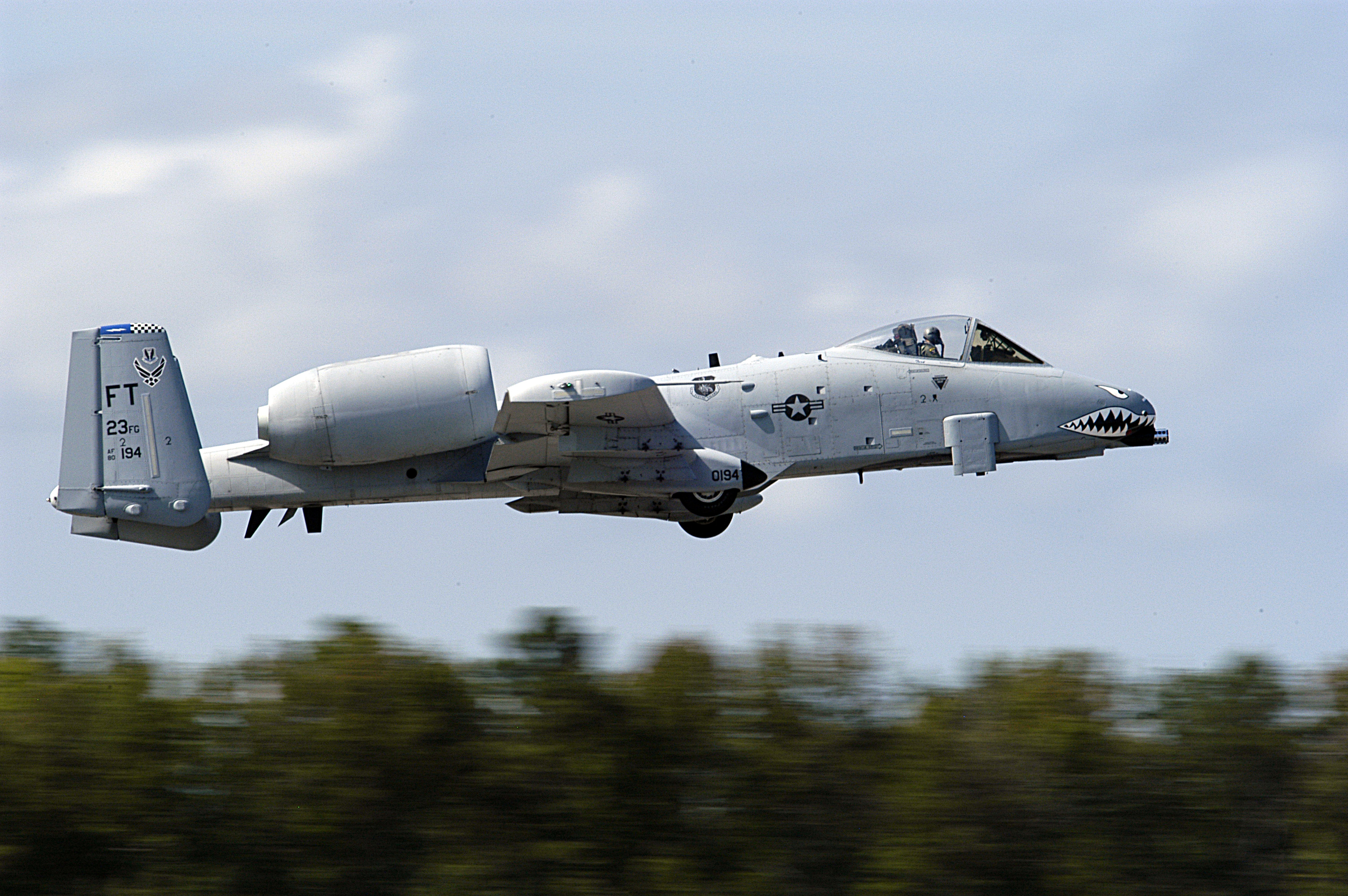 File:US Navy 040925-N-0295M-087 A U.S. Air Force A-10A Thunderbolt ...