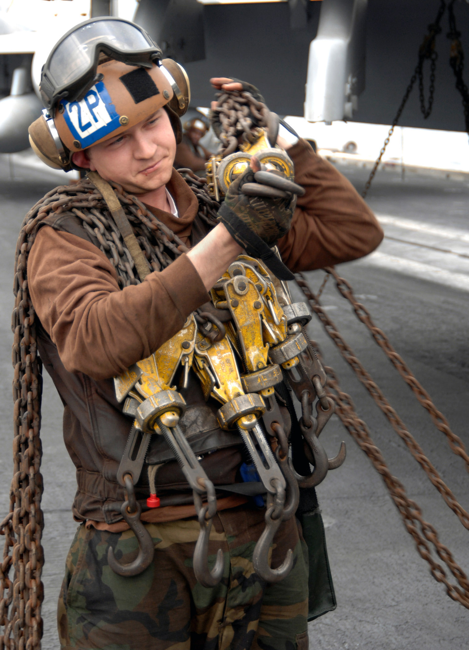 File:US Navy 080103-N-0455L-006 Aviation Machinist's Mate Airman ...
