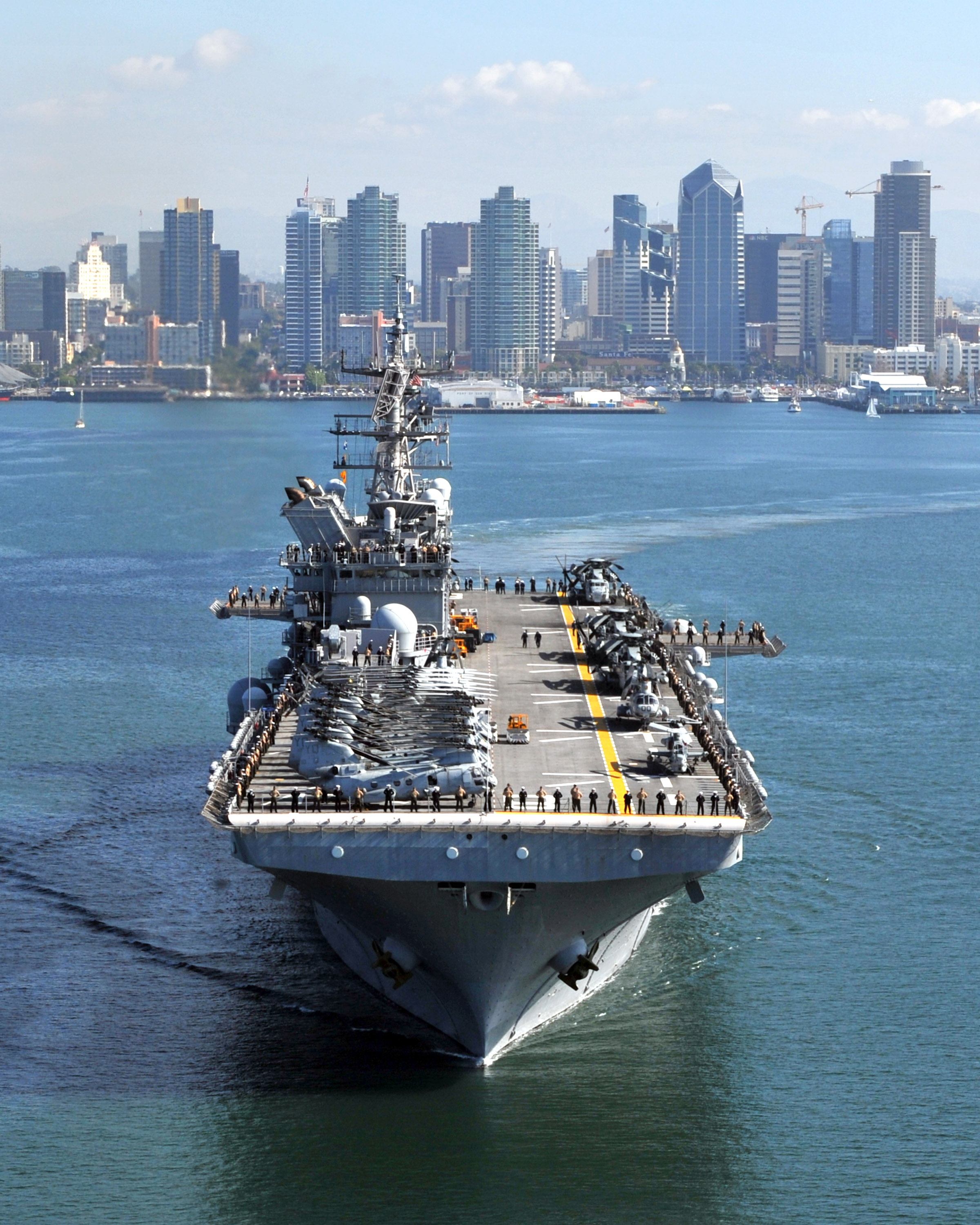 US_Navy_111114-N-KD852-188_The_amphibious_assault_ship_USS_Makin_Island_%28LHD_8%29_departs_Naval_Base_San_Diego_on_its_first_operational_deployment_to.jpg