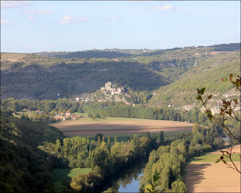 Vue sur le château de Montbrun au Saut de la Mounine.JPG