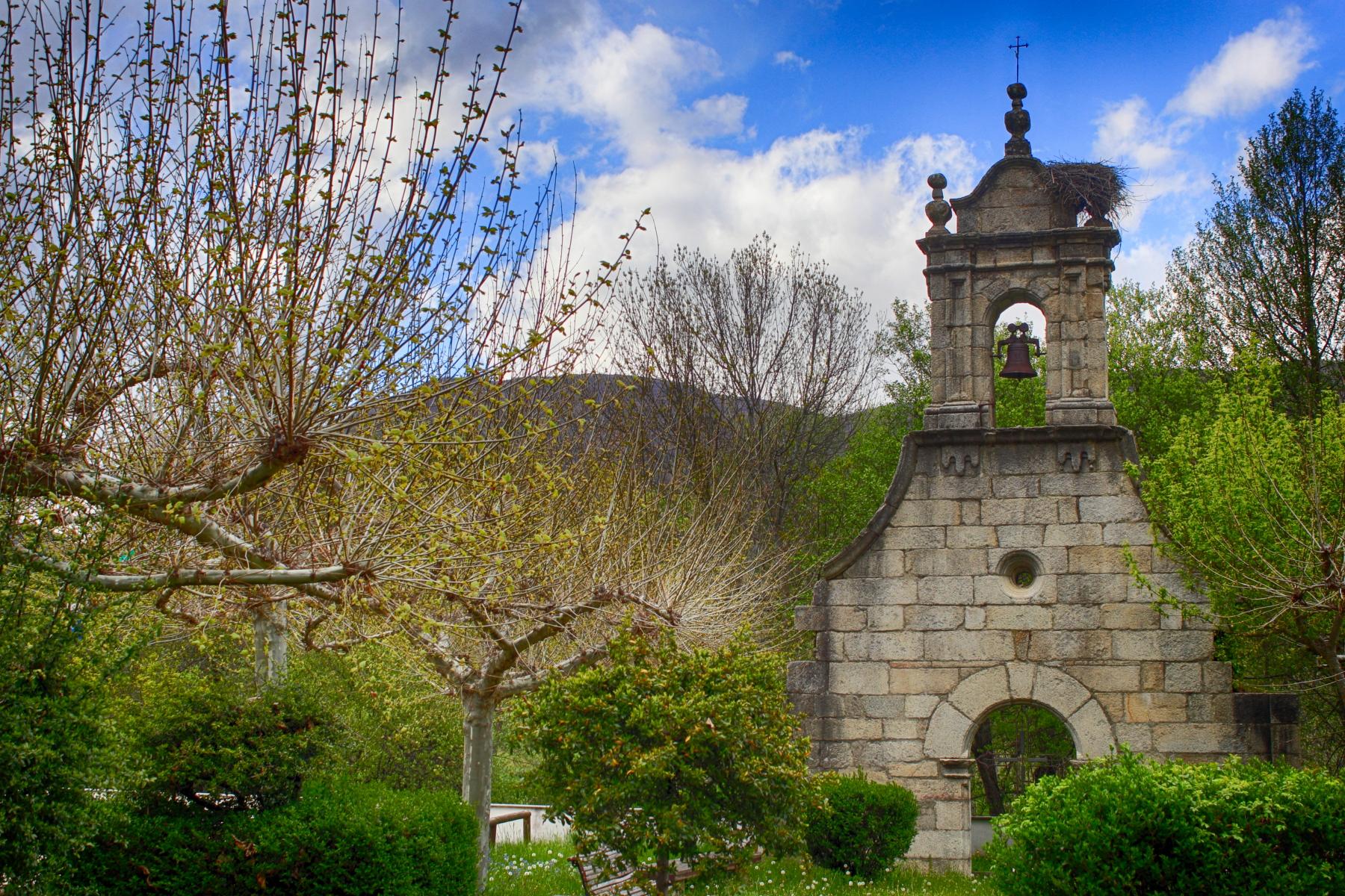 Portada de la iglesia del antiguo Ribadelago, trasladada hasta Ribadelago Nuevo tras la catástrofe del 9 de enero de 1959.