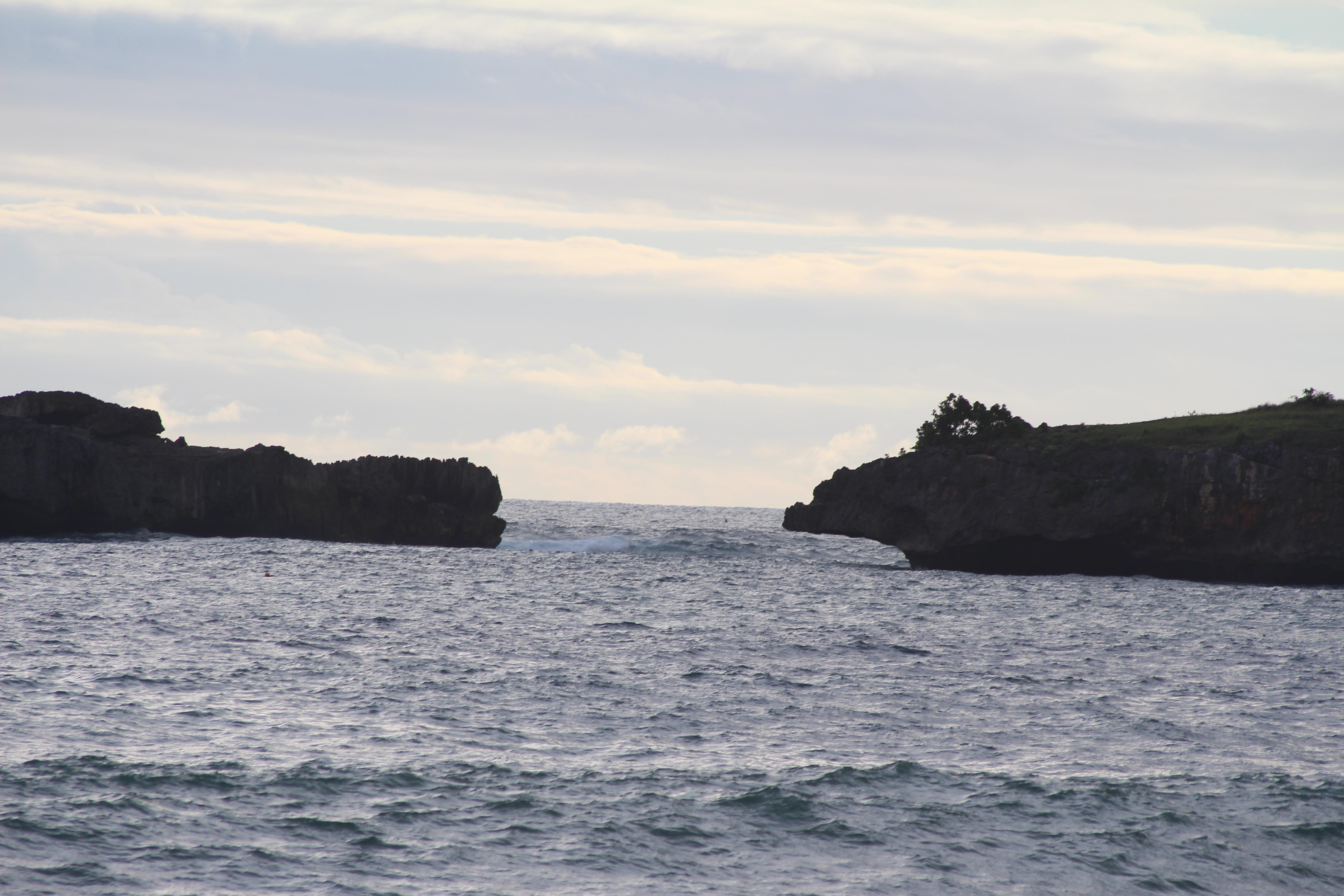 File:Batu Di Tengah Laut, Yang Bisa Di Lewati Perahu Kecil - panoramio.jpg