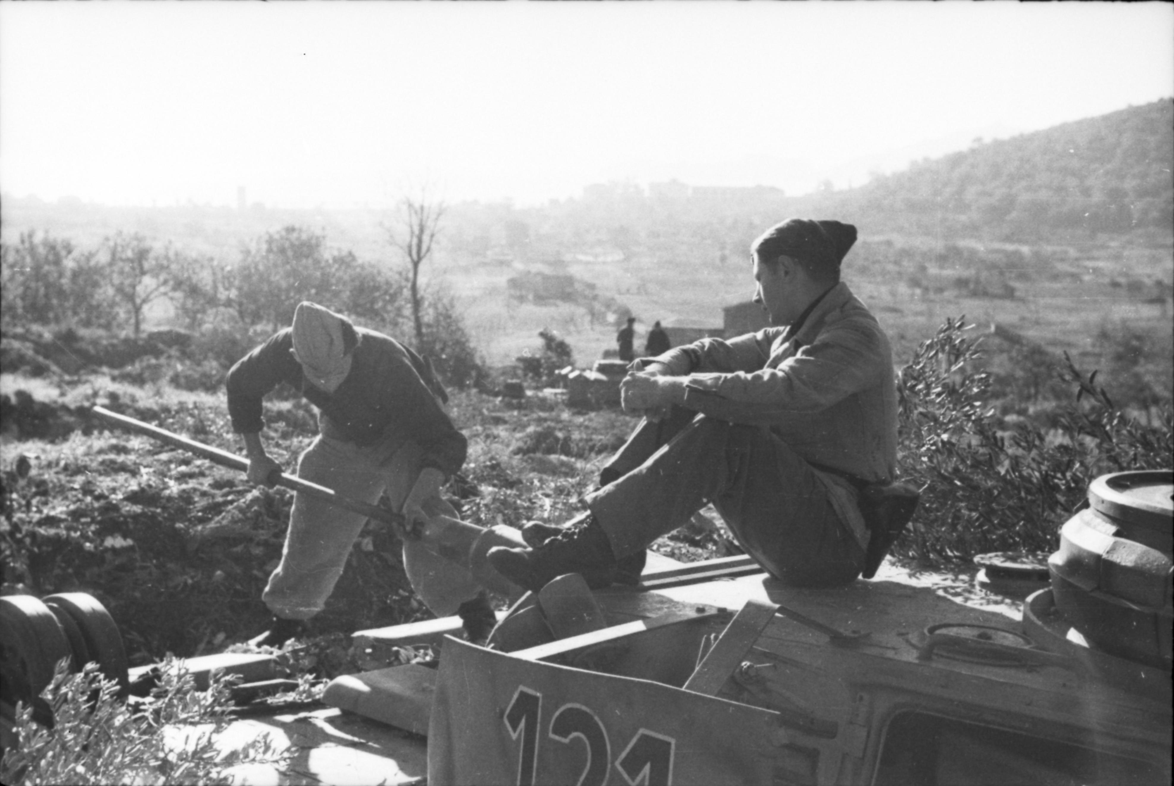 Bundesarchiv_Bild_101I-308-0799Q-15A%2C_Italien%2C_Panzer_III%2C_Tarnung.jpg