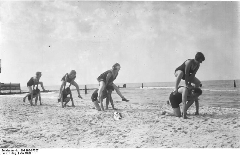 File:Bundesarchiv Bild 102-07767, Badegäste an der Ostsee.jpg