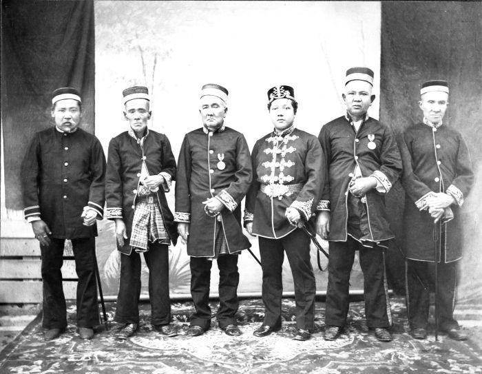 Berkas:COLLECTIE TROPENMUSEUM De Sultan van Siak met rijksgroten in de afdeling Bengalis oostkust van Sumatra TMnr 60012313.jpg