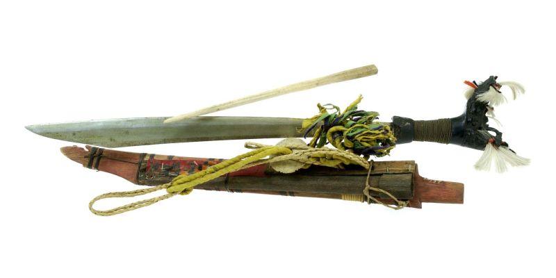 File:COLLECTIE TROPENMUSEUM Zwaard met gevest van hout schede en mesje TMnr 518-37.jpg