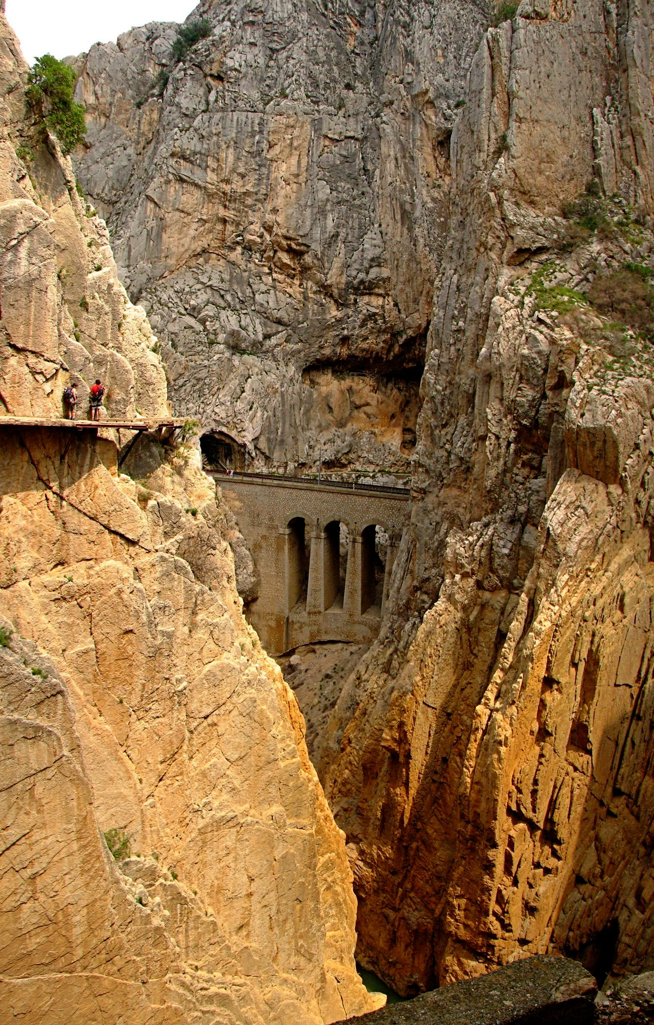 http://upload.wikimedia.org/wikipedia/commons/2/20/Caminito_del_Rey_1.jpg