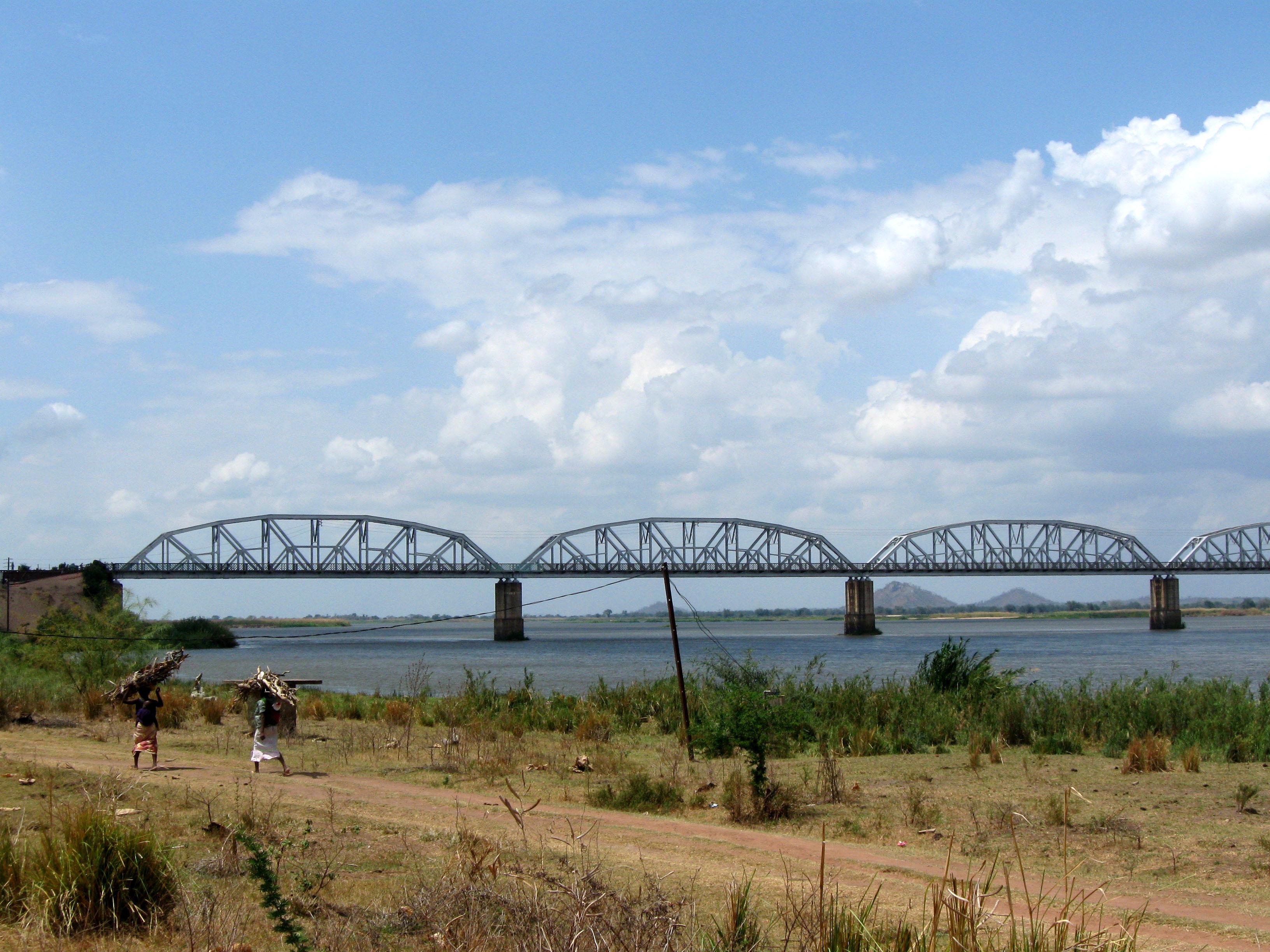 File:Dona Ana railway bridge over the Zambezi river