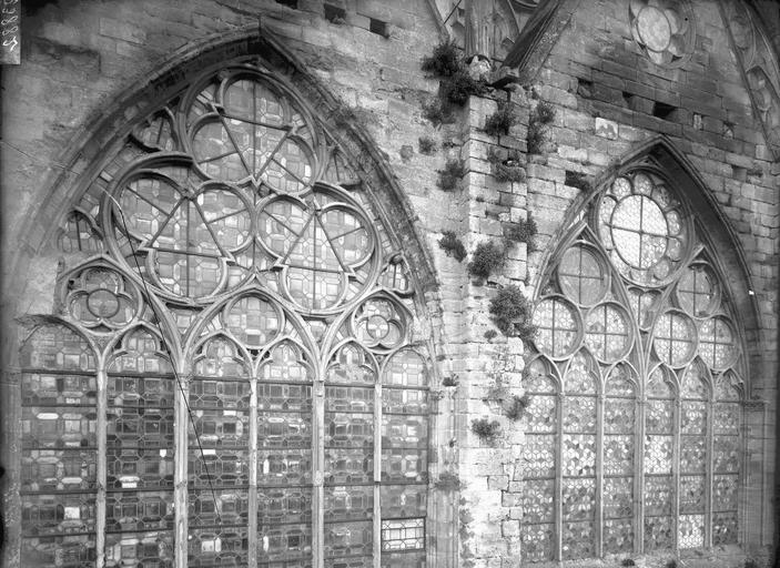 FileEglise  Façade nord, deux fenêtres  ManteslaJolie