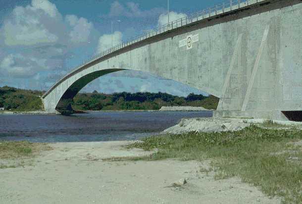 ファイル:Former Koror-Babeldaob Bridge1.jpg