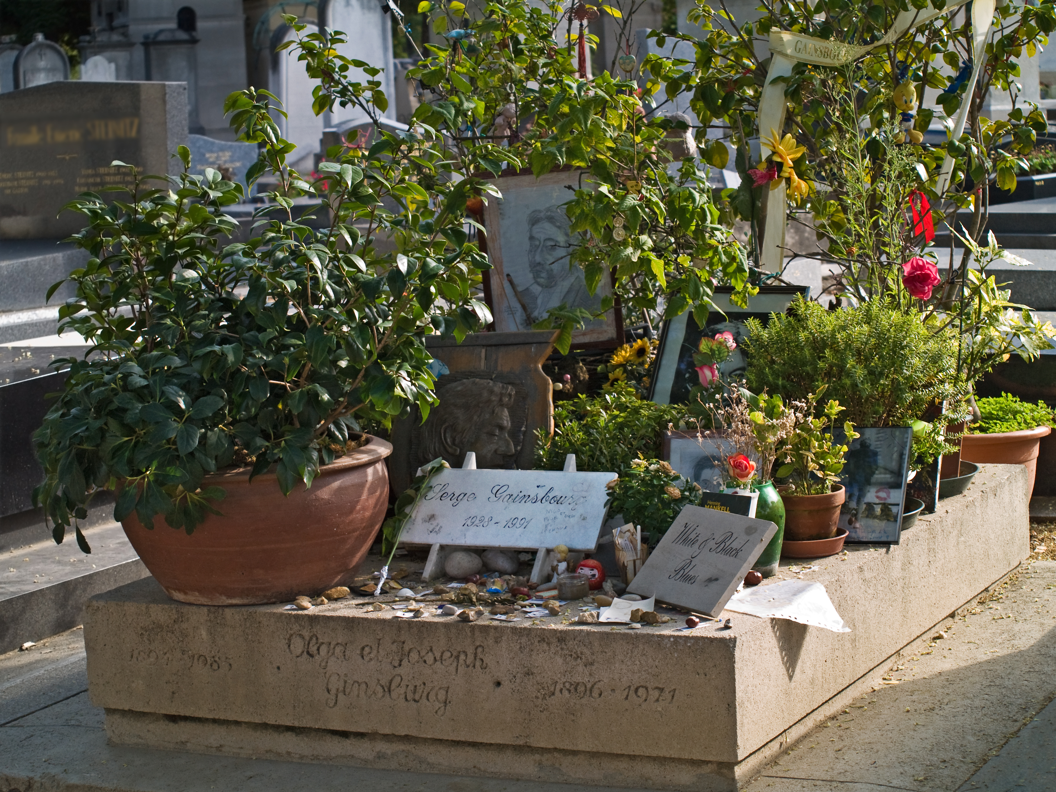 Tumba de Serge Gainsbourg en el Cementerio de Montparnasse, París.