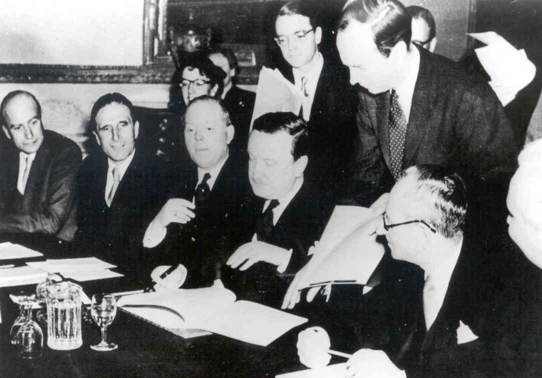 Hermann Josef Abs - LSA 1953 Unterzeichnung.jpg